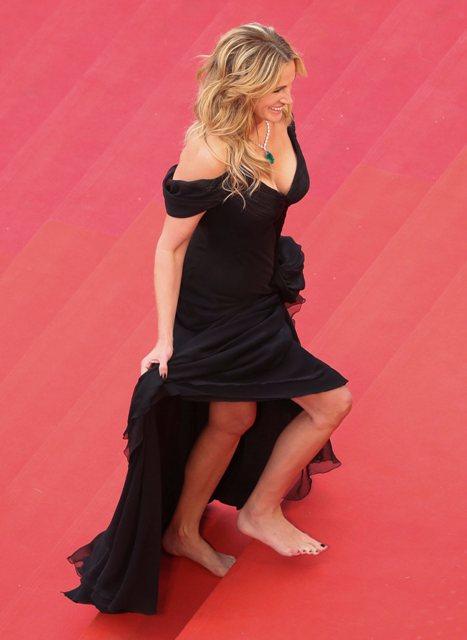 """CAN463. CANNES (FRANCIA), 12/05/2016.- La actriz estadounidense Julia Roberts posa a su llegada para el estreno de la película """"Money Monster"""" hoy, jueves 12 de mayo de 2016, durante el 69 Festival de Cine de Cannes, en Cannes (Francia). La película es presentada fuera de competencia en el festival que se celebra hasta el 22 de mayo. EFE/Andreas Rentz"""