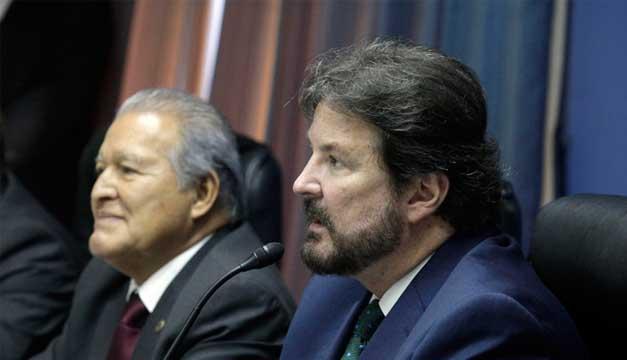 El presidente de la República, Salvador Sánchez Cerén junto al presidente de la ANEP, Luis Cardenal. Foto: Agencia EFE