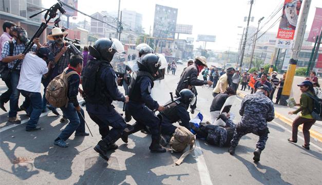 Policías antimotines desalojan una manifestación de pobladores indígenas lencas que se encuentran frente a la Casa Presidencial en Tegucigalpa, Foto: EFE