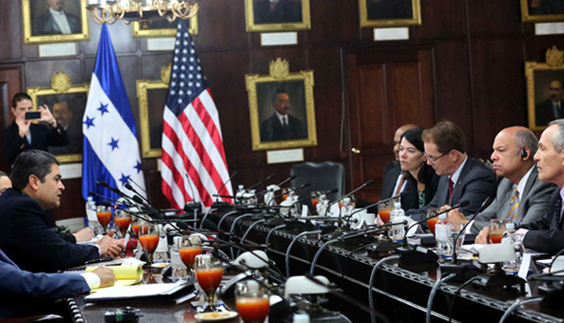 Reunión que sostuvo el presidente hondureño, Juan Orlando Hernández (2i) con el embajador de Estados Unidos en Tegucigalpa, James Nealon (3d), y con el secretario de Seguridad Nacional de Estados Unidos, Jeh Johnson. EFE