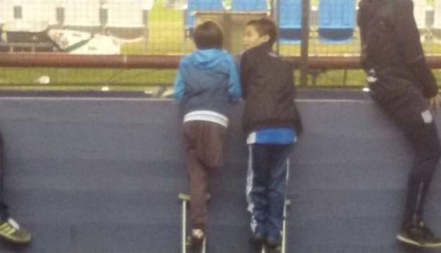 Fotografía del momento en que ambos niños ven el partido.