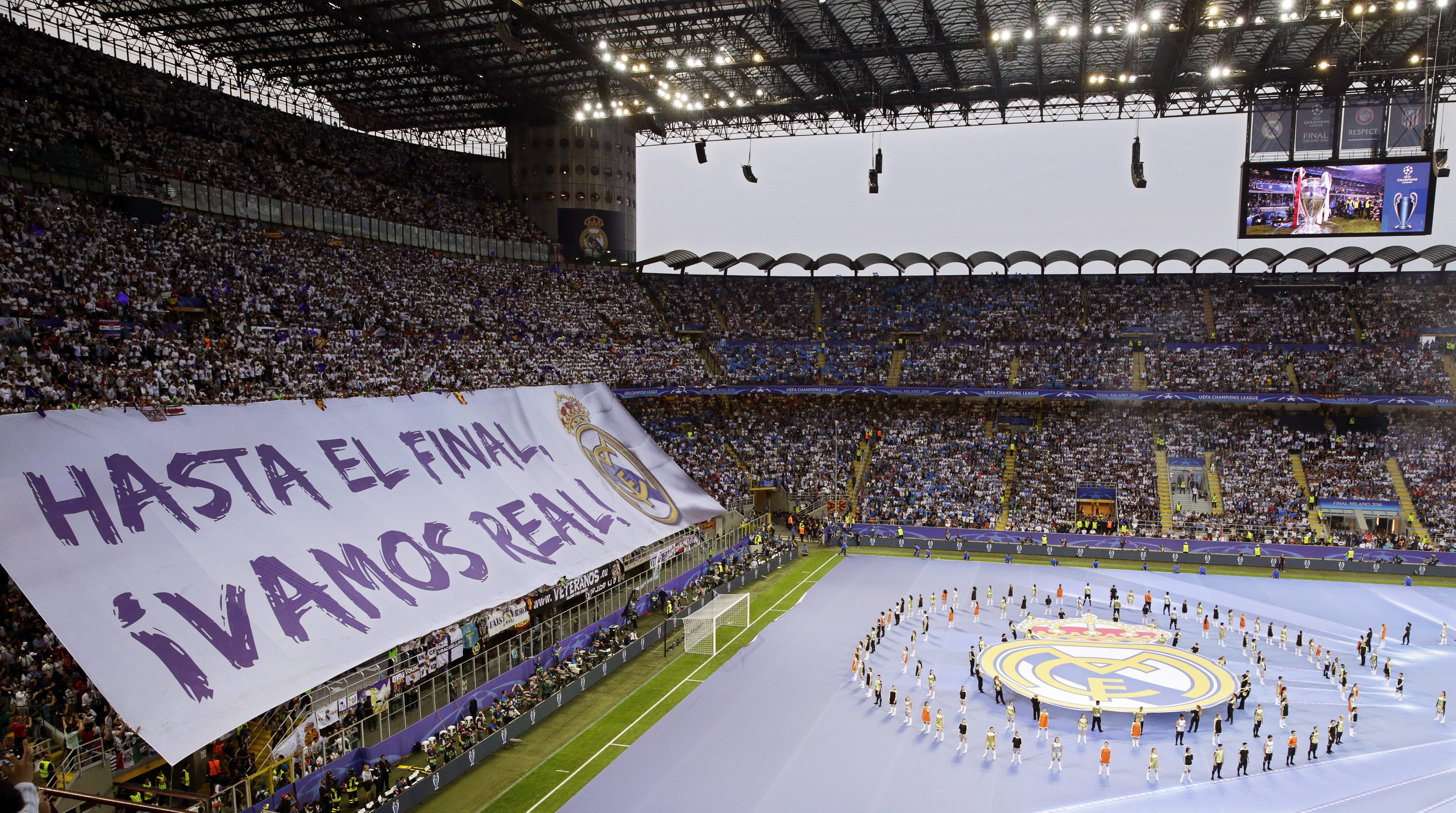 . Milan (Italy), 28/05/2016.- Real Madrid supporters cheer for their team before the UEFA Champions League final between Real Madrid and Atletico Madrid at the Giuseppe Meazza Stadium in Milan, Italy, 28 May 2016. (Liga de Campeones, Italia) EFE/EPA/ARMANDO BABANI