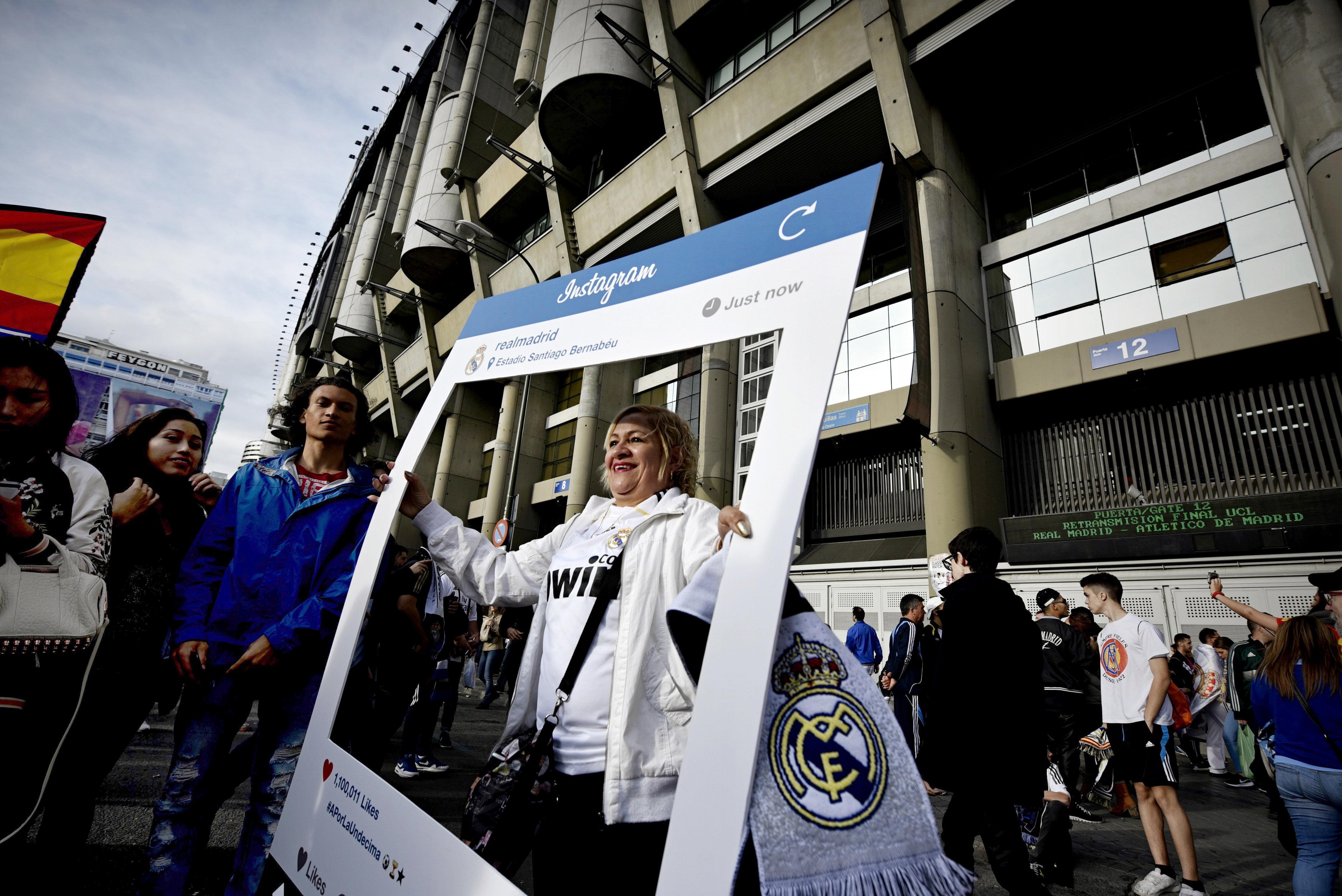 GRA404. MADRID, 28/05/2016.- Seguidores del Real Madrid esperan en el exterior del estadio Santiago Bernabéu para asistir a la retrasmisión en directo del partido de la final de la Liga de Campeones frente al Atlético de Madrid, que se disputa en el estadio de San Siro, en Milán (Italia). EFE/Fernando Villar