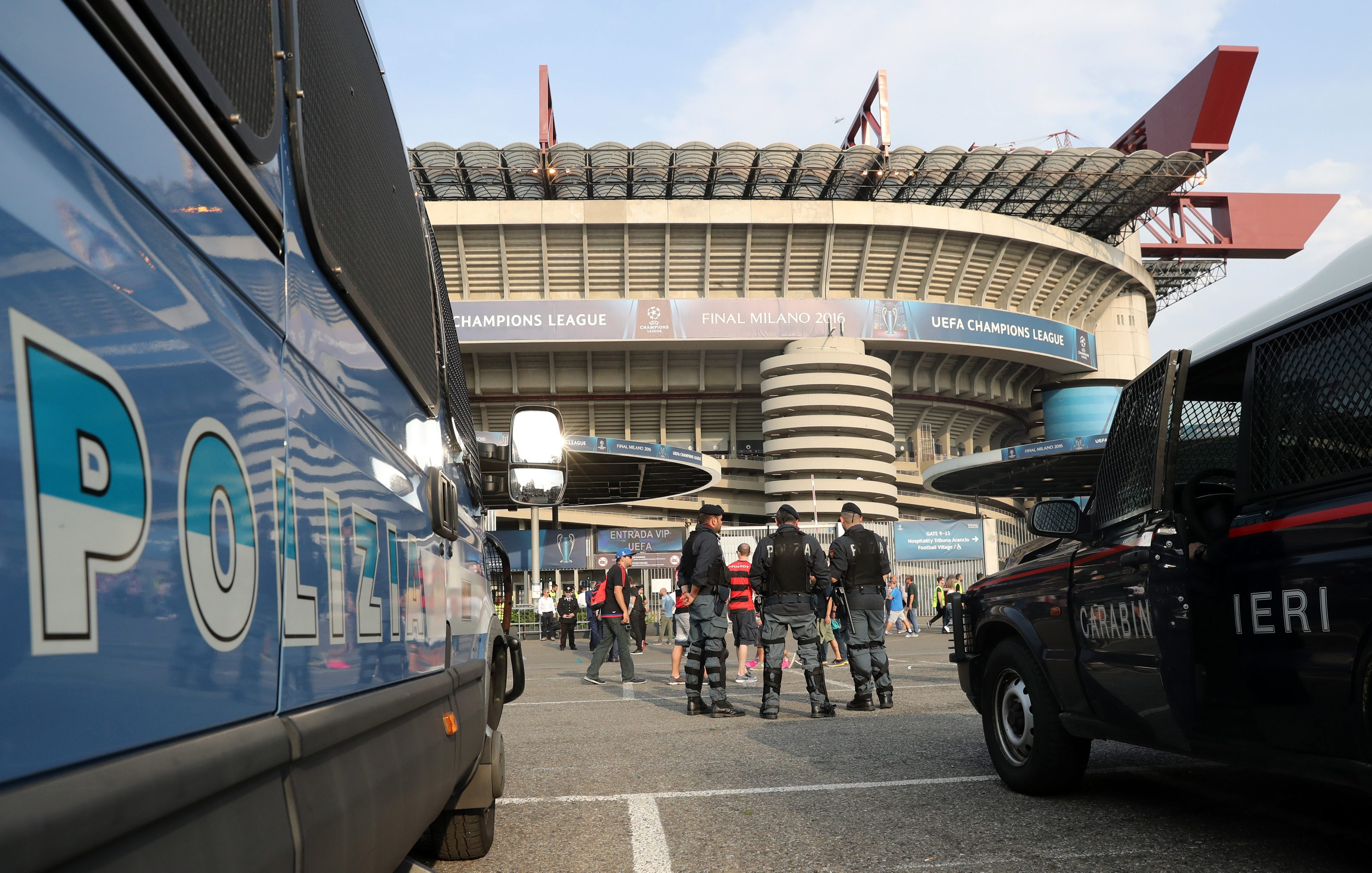 . Milan (Italy), 28/05/2016.- Policemen stand outside the stadium prior to the UEFA Champions League Final between Real Madrid and Atletico Madrid at the Stadio Giuseppe Meazza in Milan, Italy, 28 May 2016. (Liga de Campeones, Italia) EFE/EPA/CHRISTIAN CHARISIUS