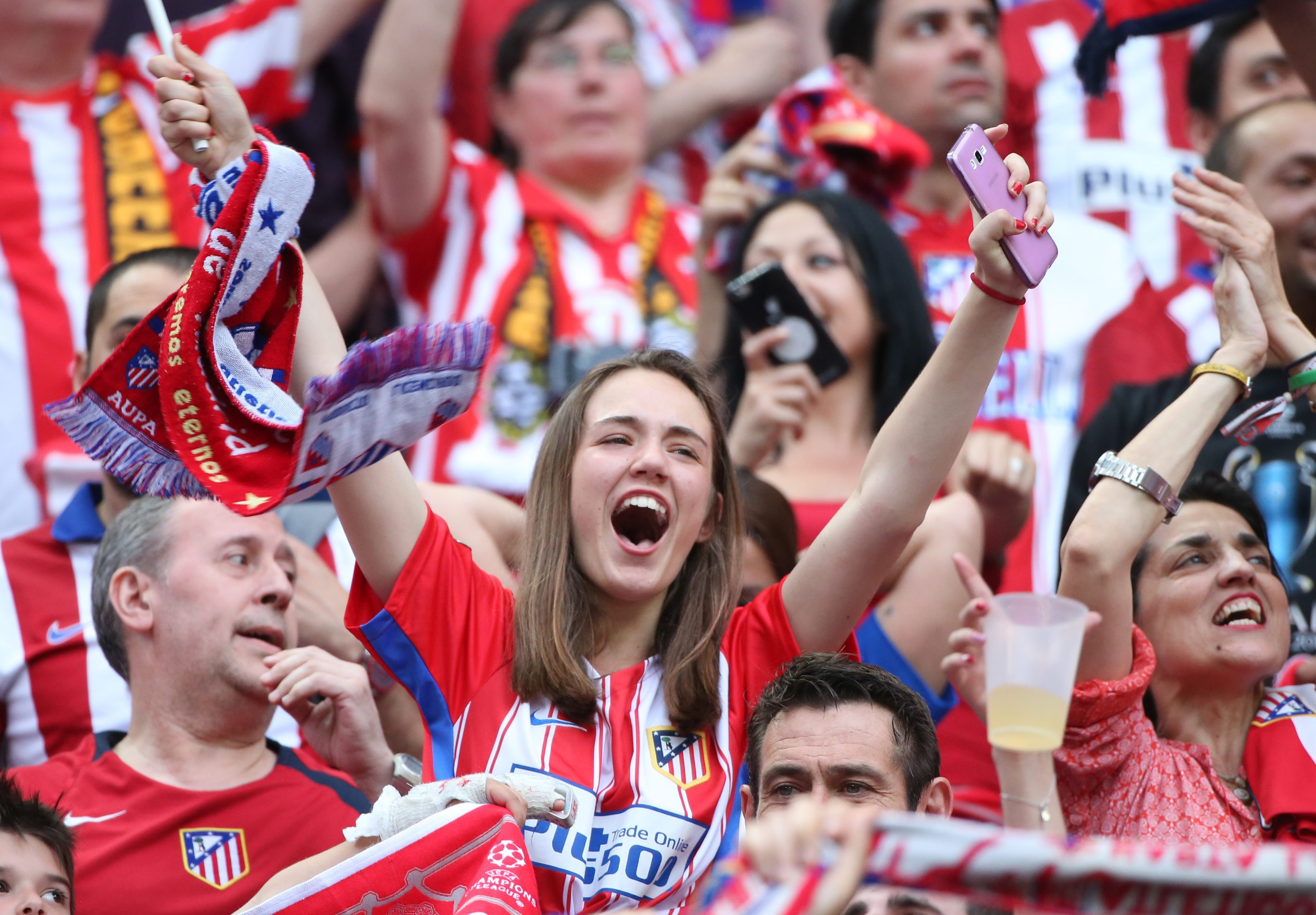 . Milan (Italy), 28/05/2016.- Atletico Madrid supporters before the UEFA Champions League Final 2016 between Real Madrid and Atletico Madrid at the Giuseppe Meazza stadium in Milan, Italy, 28 May 2016. (Liga de Campeones, Italia) EFE/EPA/OLIVER WEIKEN