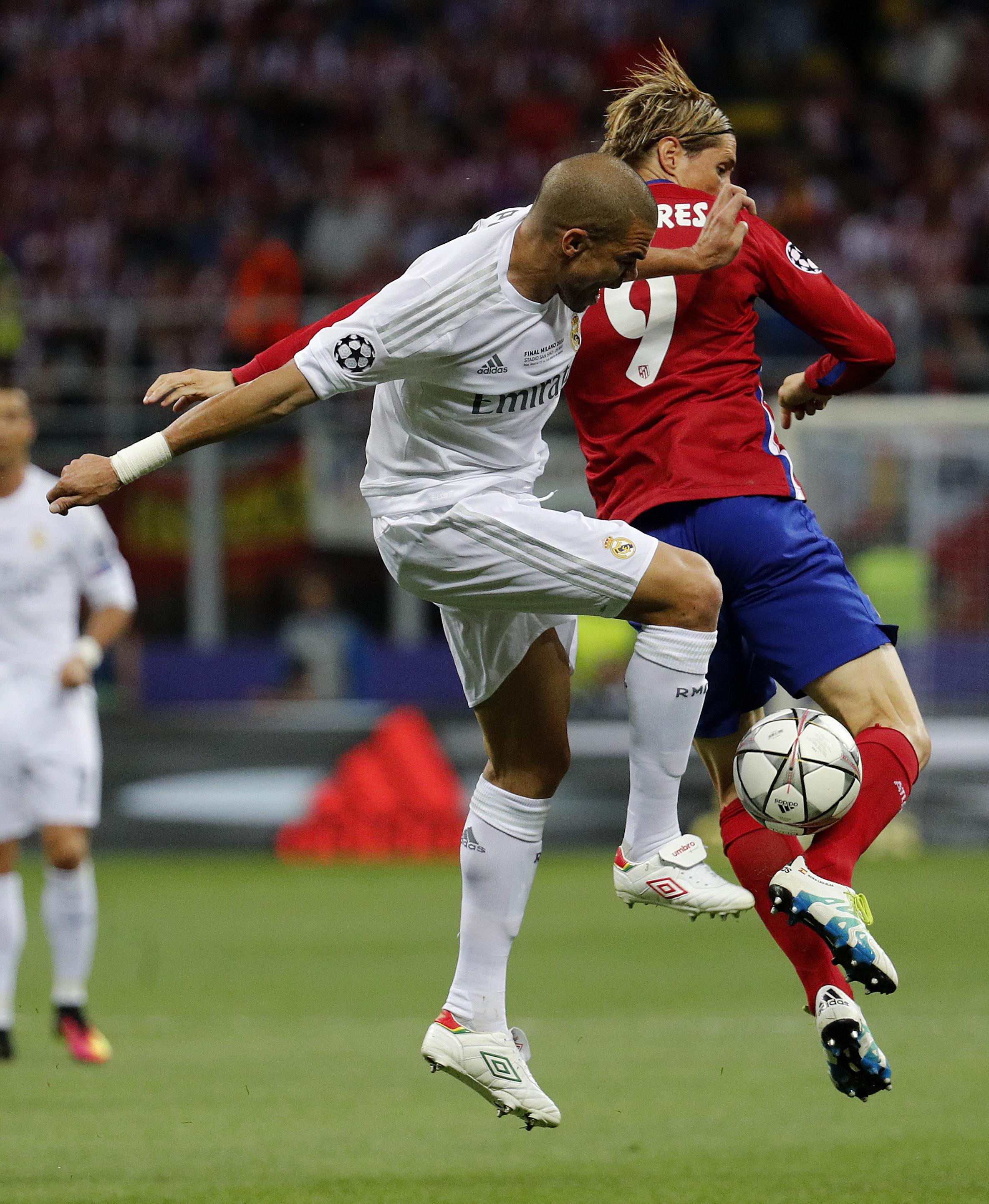 GRA535. MILÁN (ITALIA), 28/05/2016.- El defensa portugués del Real Madrid Képler Lima Pepe (i) lucha un balón con el delantero del Atlético de Madrid Fernando Torres (d), durante la final de Liga de Campeones que se disputa hoy en el estadio de San Siro, en Milán. EFE/JuanJo Martín