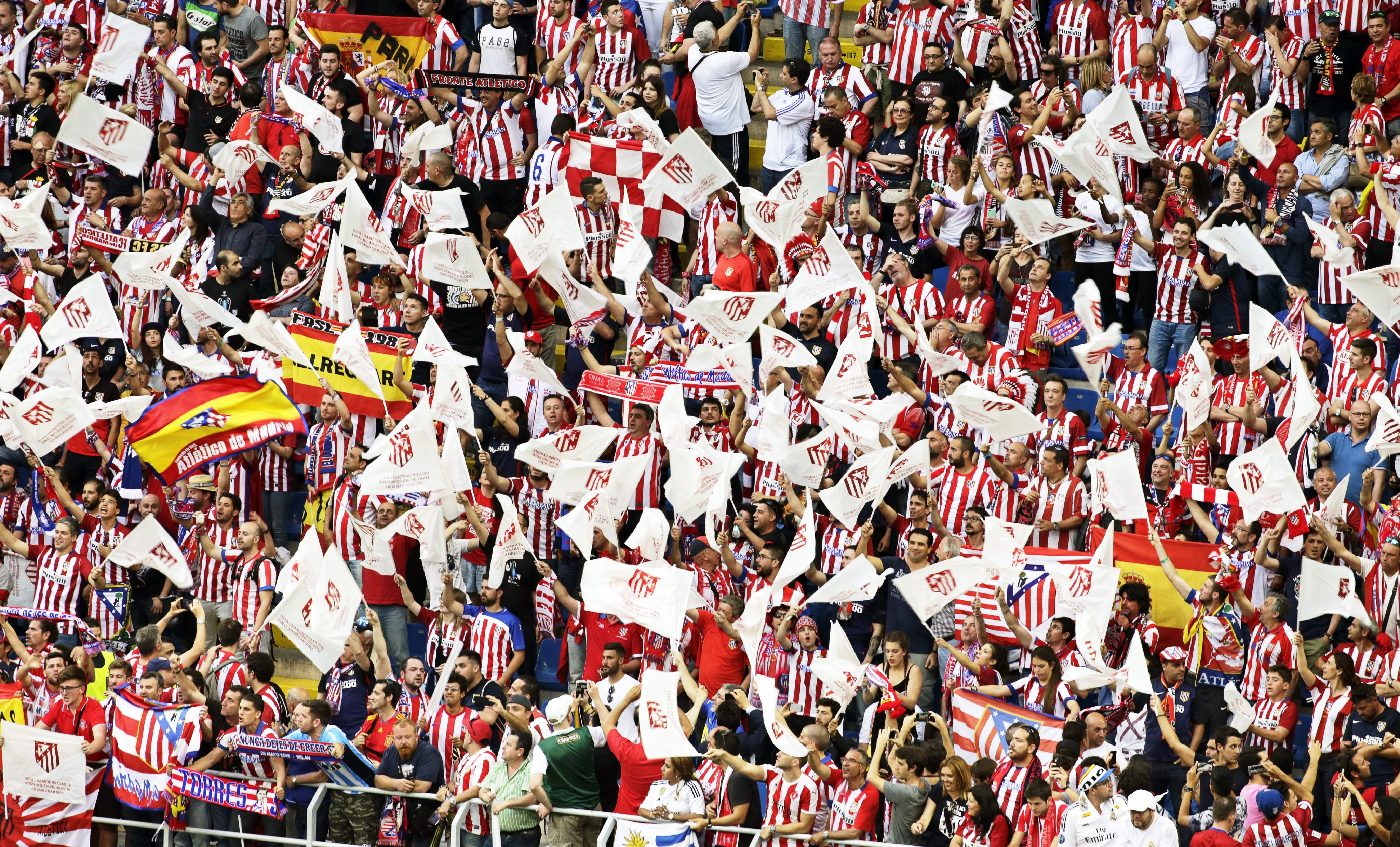 . Milan (Italy), 28/05/2016.- Atletico Madrid supporters cheer for their team before the UEFA Champions League final between Real Madrid and Atletico Madrid at the Giuseppe Meazza Stadium in Milan, Italy, 28 May 2016. (Liga de Campeones, Italia) EFE/EPA/ARMANDO BABANI