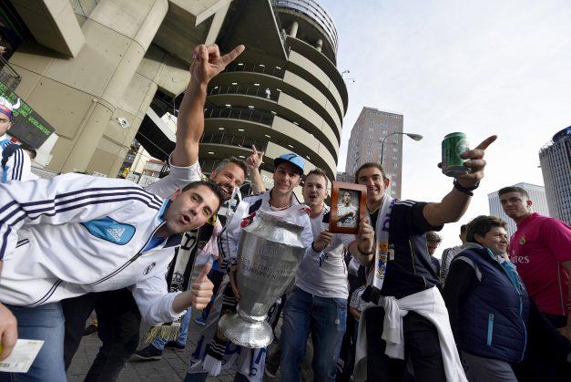 GRA403. MADRID, 28/05/2016.- Seguidores del Real Madrid en el exterior del estadio Santiago Bernabéu antes de asistir a la retrasmisión en directo del partido de la final de la Liga de Campeones frente al Atlético de Madrid, que se disputa en el estadio de San Siro, en Milán (Italia). EFE/Fernando Villar