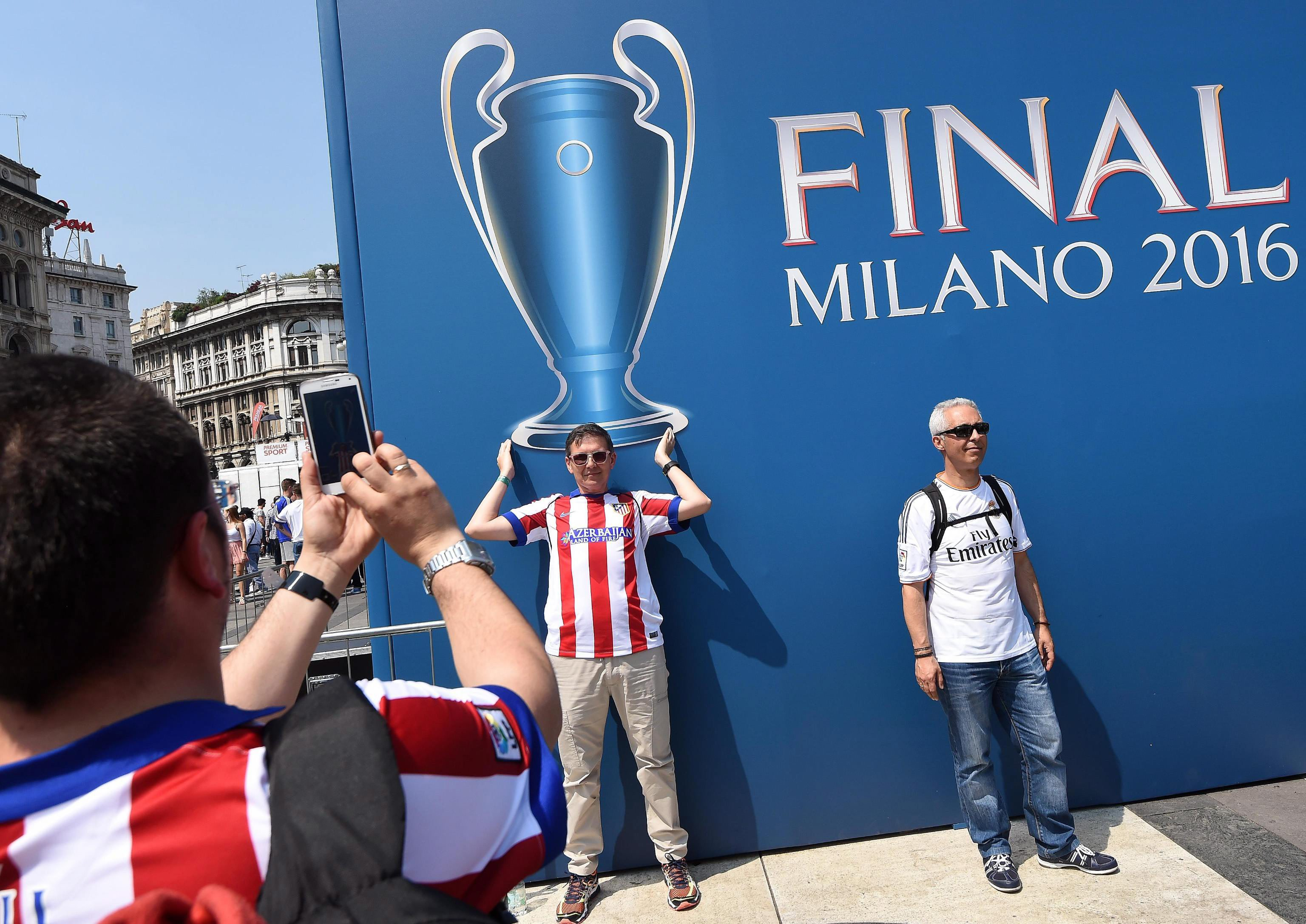 CBR139. Milan (Italy), 27/05/2016.- Atletico and Real Madrid's supporters pose for photo in Duomo Square in Milan, Italy, 28 May 2016. Real Madrid will face Atletico Madrid in the UEFA Champions League Final on 28 May 2016 in Milan. (Liga de Campeones, Italia) EFE/EPA/DANIEL DAL ZENNARO