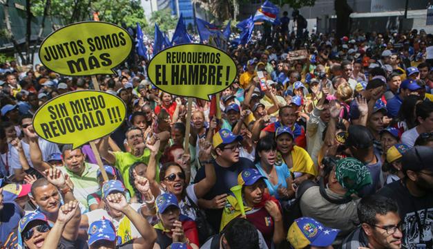 Simpatizantes de la oposición protestan frente a la Corte Segunda Administrativa del Tribunal Supremo de Justicia (TSJ). Foto: Agencia EFE