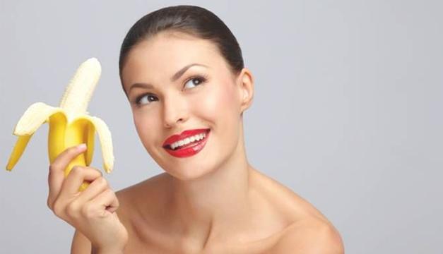mujer con banana
