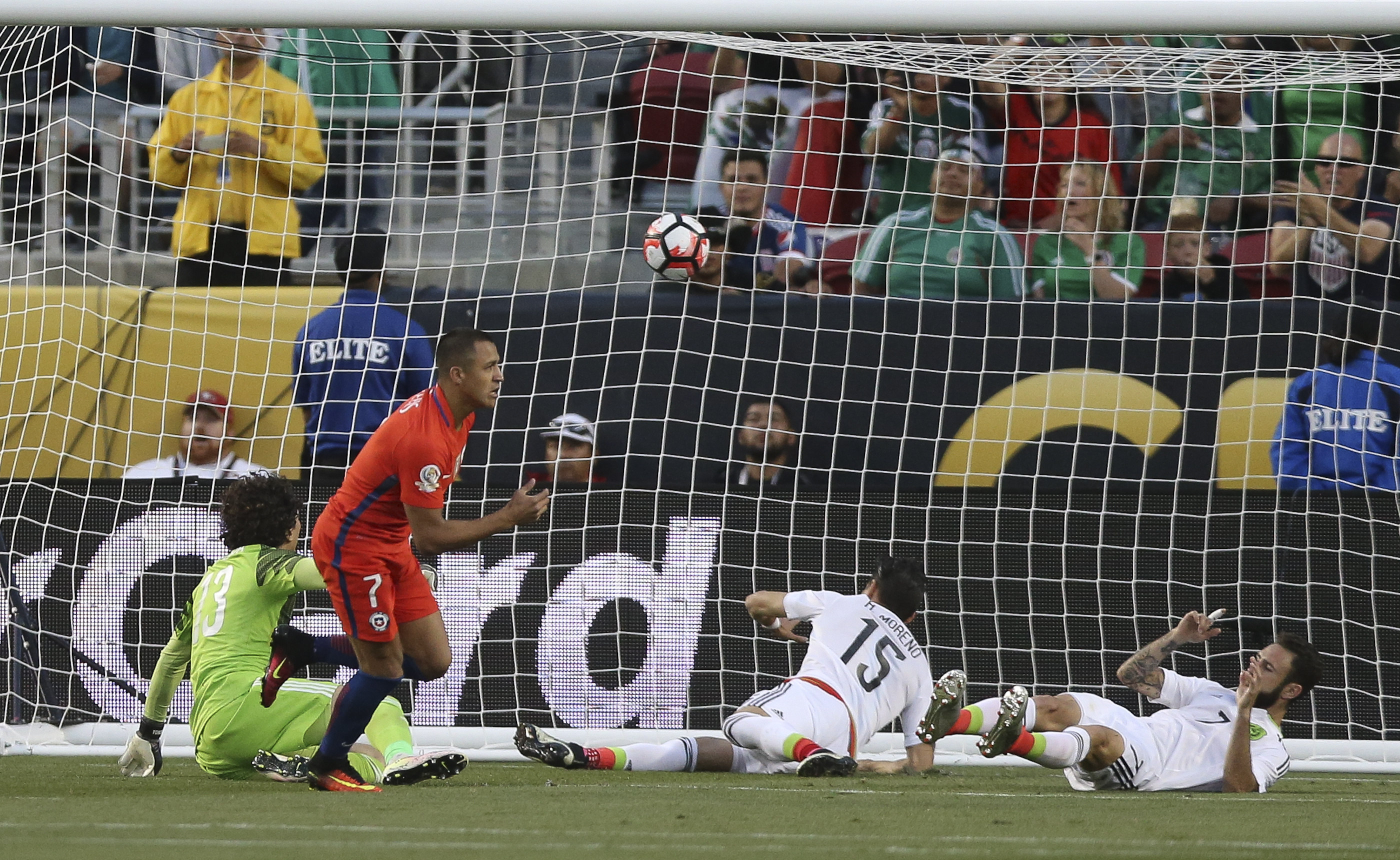 SCL59. SANTA CLARA (CA, EE.UU.), 18/06/2016.- El jugador chileno Alexis Sánchez anota un gol hoy, sábado 18 de junio de 2016, durante un partido entre México y Chile por los cuartos de final de la Copa América Centenario, en el Levi's Stadium de Santa Clara, California (EE.UU.). EFE/David Fernández