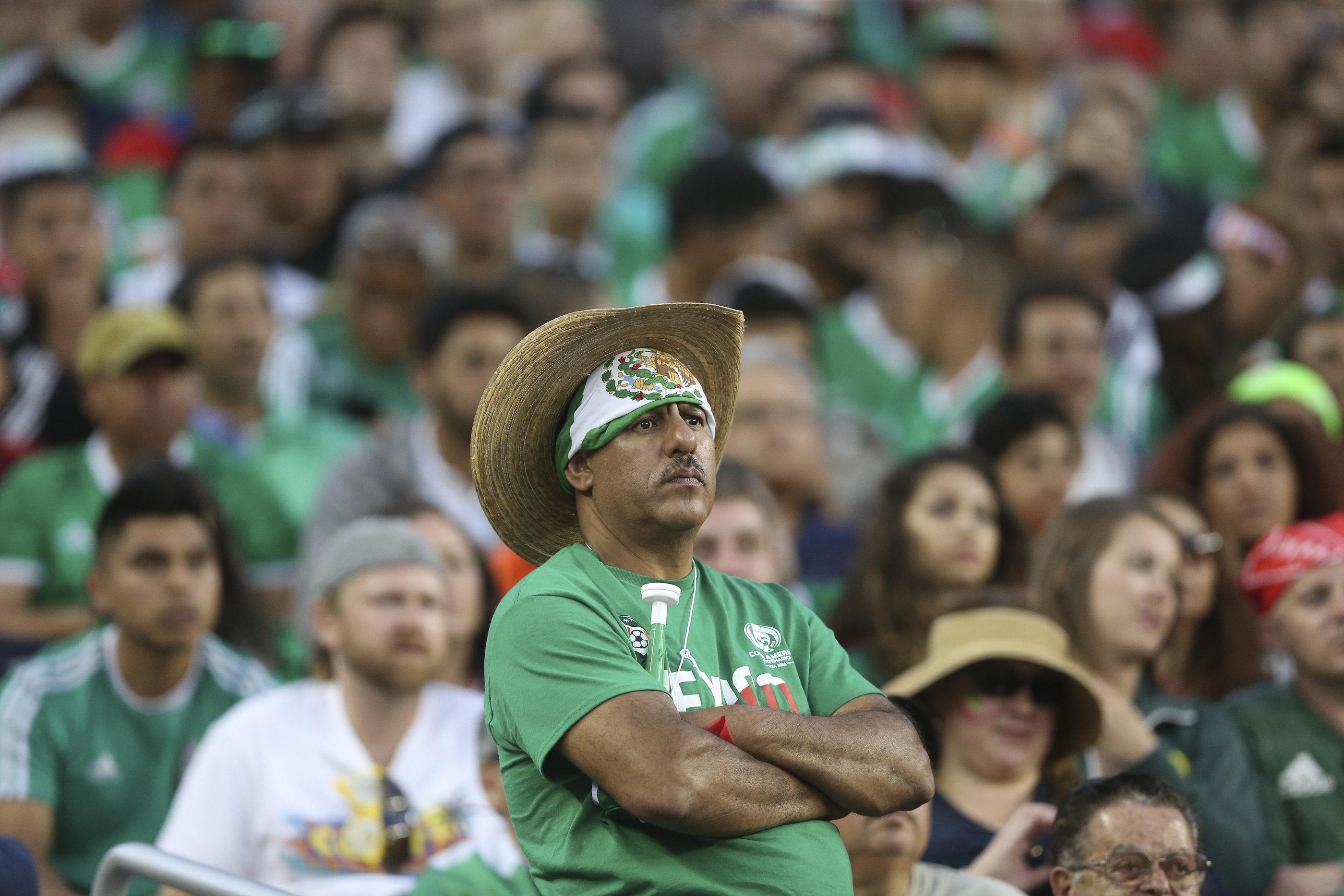 SCL65. SANTA CLARA (CA, EE.UU.), 18/06/2016.- Aficionados mexicanos se lamentan por la derrota de su equipo hoy, sábado 18 de junio de 2016, durante un partido entre México y Chile por los cuartos de final de la Copa América Centenario, en el Levi's Stadium de Santa Clara, California (EE.UU.). EFE/David Fernández