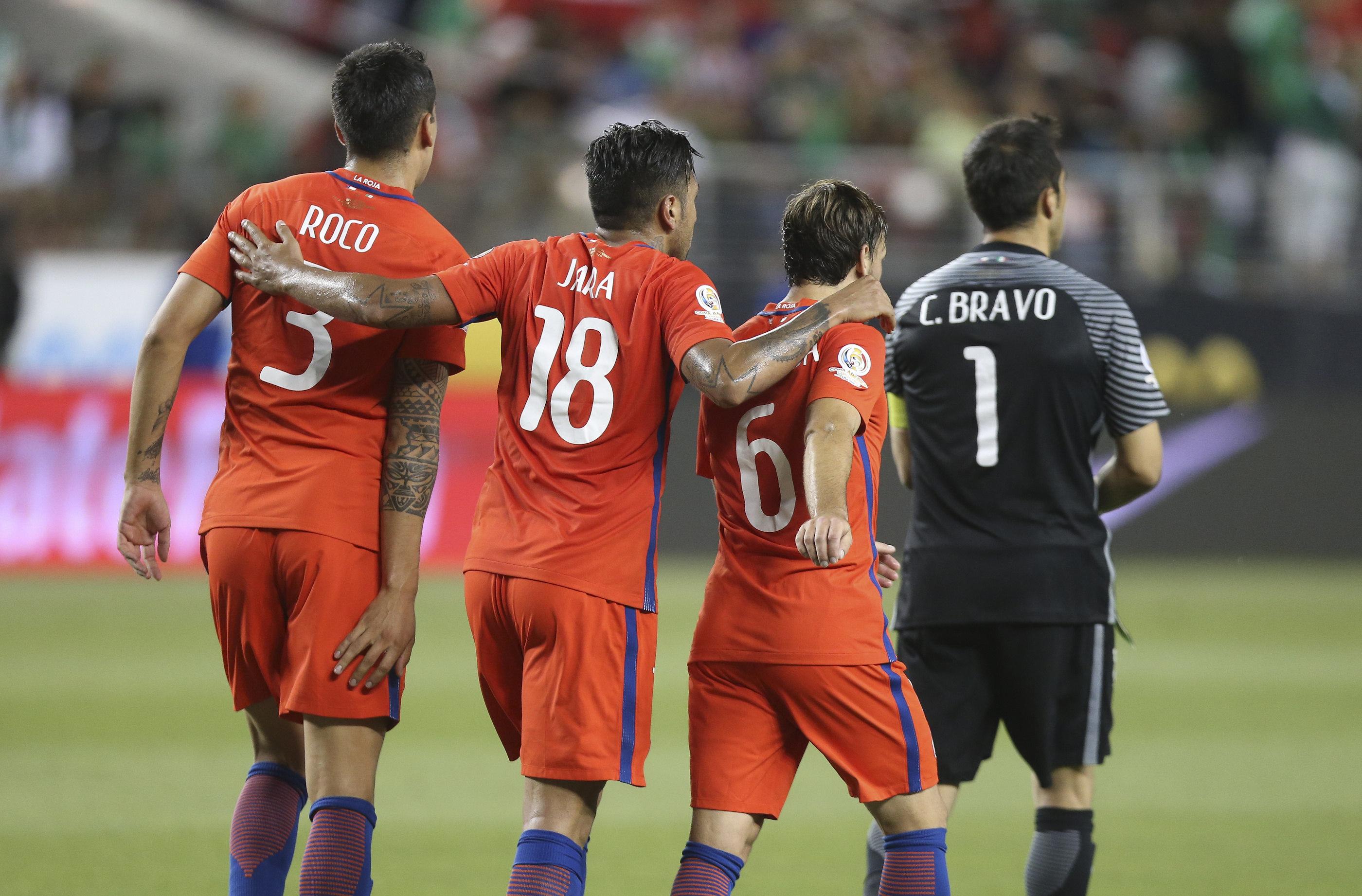 SCL78. SANTA CLARA (CA, EE.UU.), 18/06/2016.- Jugadores chilenos celebran su victoria 7-0 hoy, sábado 18 de junio de 2016, durante un partido entre México y Chile en los cuartos de final de la Copa América Centenario, en el Levi's Stadium de Santa Clara, California (EE.UU.). EFE/David Fernández
