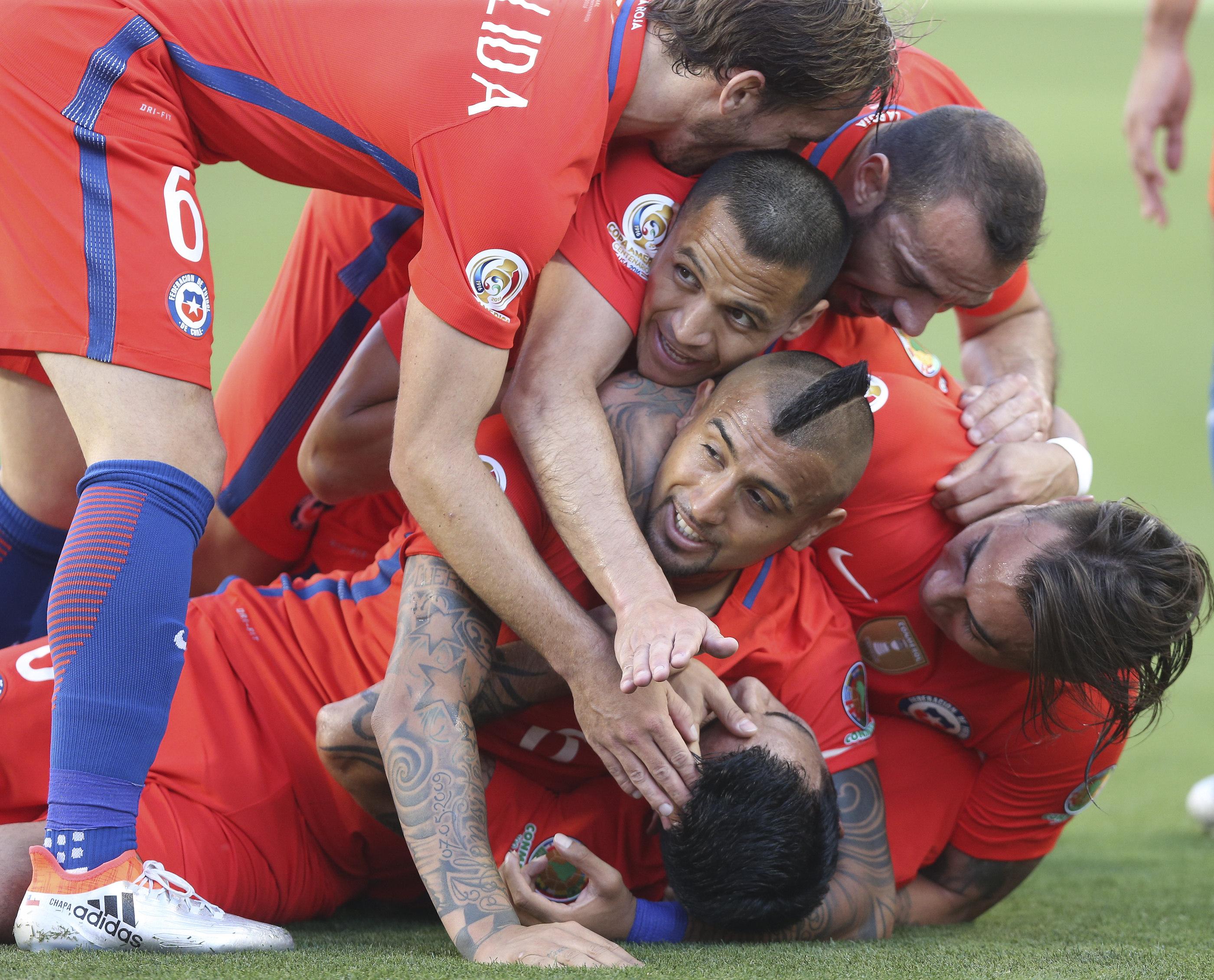 SCL19. SANTA CLARA (CA, EE.UU.), 18/06/2016.- Jugadores chilenos celebran después de anotar un gol hoy, sábado 18 de junio de 2016, durante un partido entre México y Chile por los cuartos de final de la Copa América Centenario, en el Levi's Stadium de Santa Clara, California (EE.UU.). EFE/David Fernández