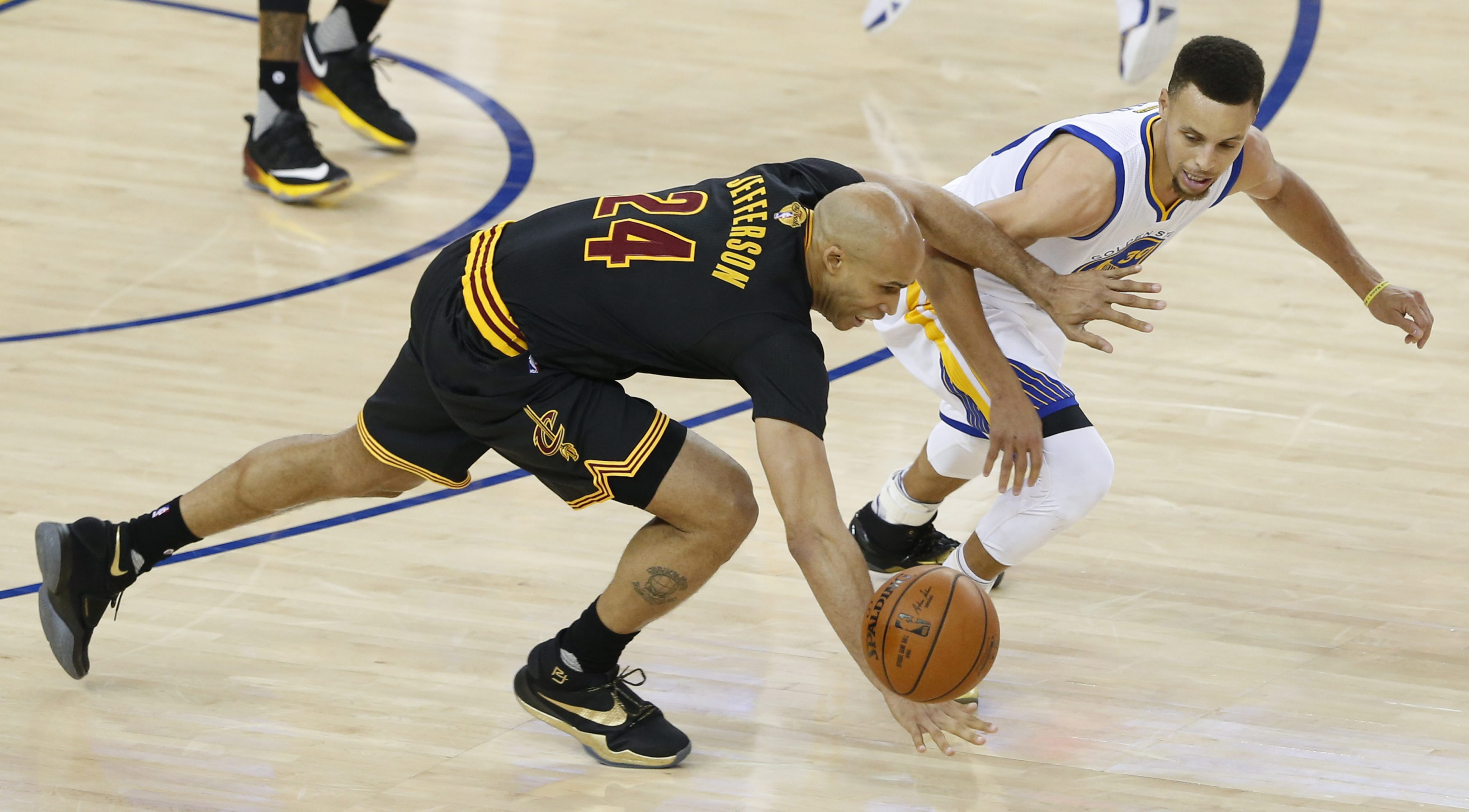 LWS115. Oakland (United States), 19/06/2016.- Cleveland Cavaliers' forward Richard Jefferson (L) goes for a loose ball against Golden State Warriors' guard Stephen Curry (R) during the first half of the NBA Finals game seven between Cleveland Cavaliers and Golden State Warriors at the Oracle Arena in Oakland, California, USA, 19 June 2016. (Baloncesto, Estados Unidos) EFE/EPA/JOHN G. MABANGLO CORBIS OUT