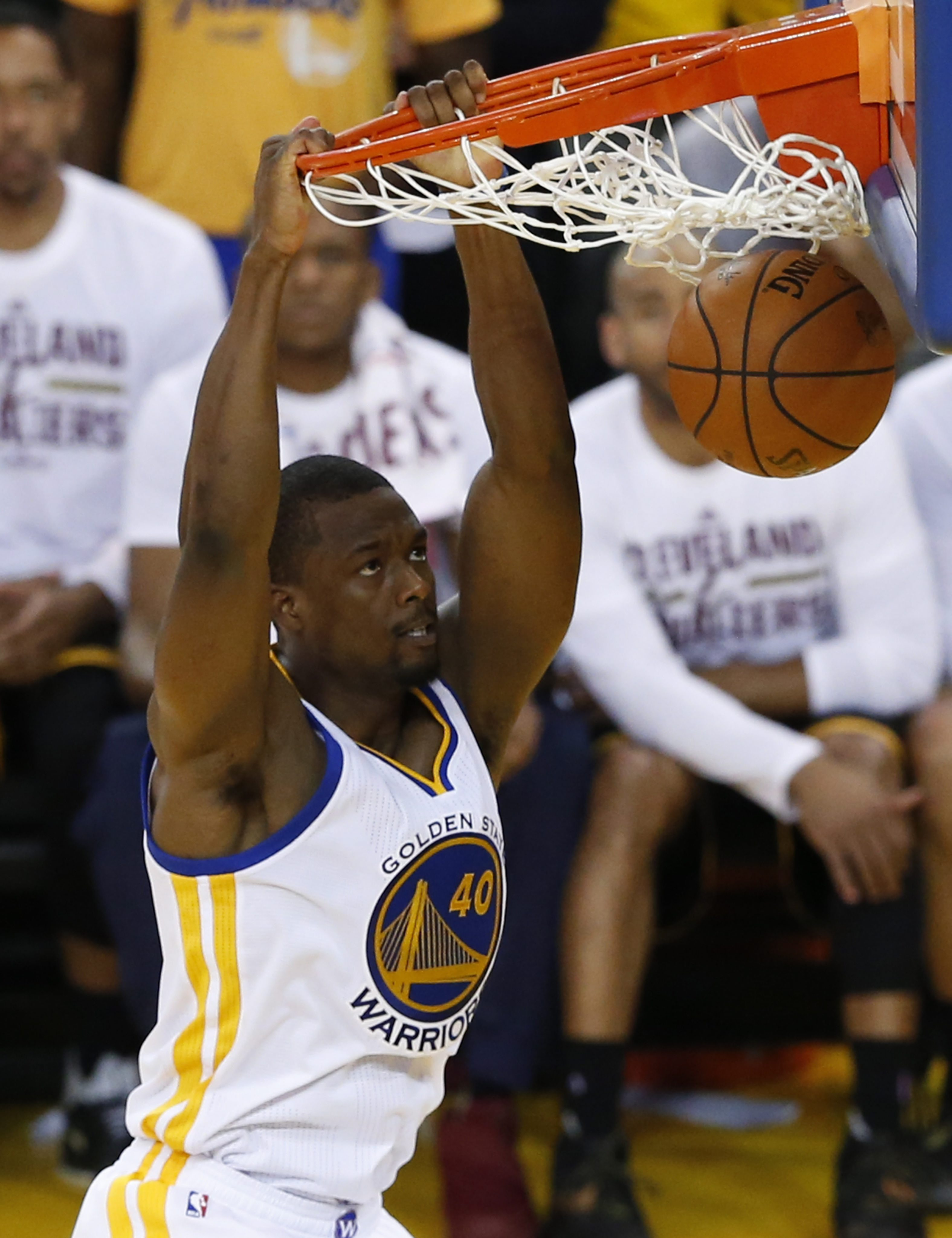 LWS169. Oakland (United States), 19/06/2016.- Golden State Warriors player Harrison Barnes dunks the ball against the Cleveland Cavaliers in the second half of their NBA Finals game seven at Oracle Arena in Oakland, California, USA, 19 June 2016. (Baloncesto, Estados Unidos) EFE/EPA/JOHN G. MABANGLO CORBIS OUT