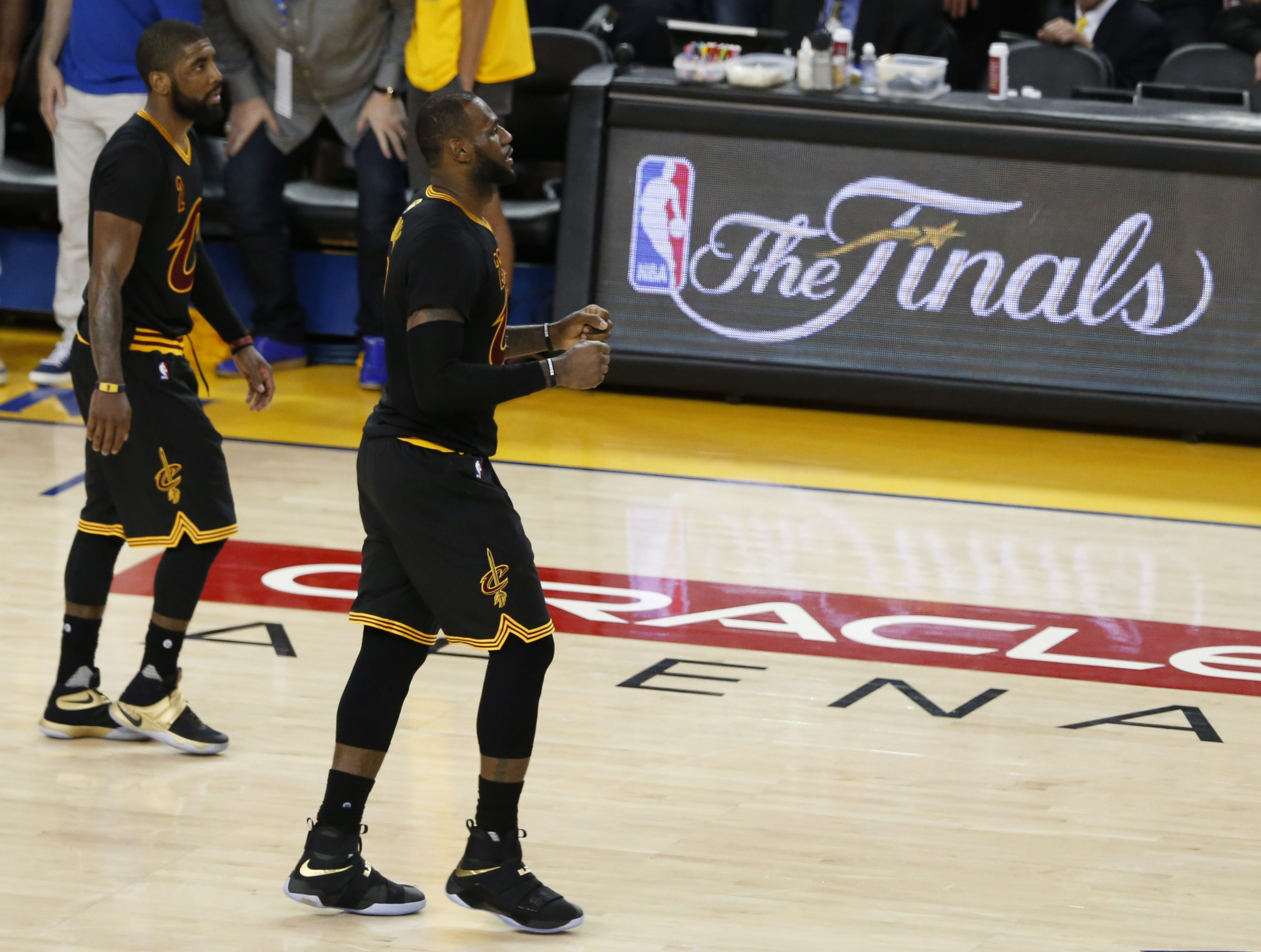 LWS192. Oakland (United States), 19/06/2016.- Cleveland Cavaliers player LeBron James and Kyrie Irving (L) walk across the court in a timeout against the Golden State Warriors in the second half of their NBA Finals game seven at Oracle Arena in Oakland, California, USA, 19 June 2016. (Baloncesto, Estados Unidos) EFE/EPA/JOHN G. MABANGLO CORBIS OUT