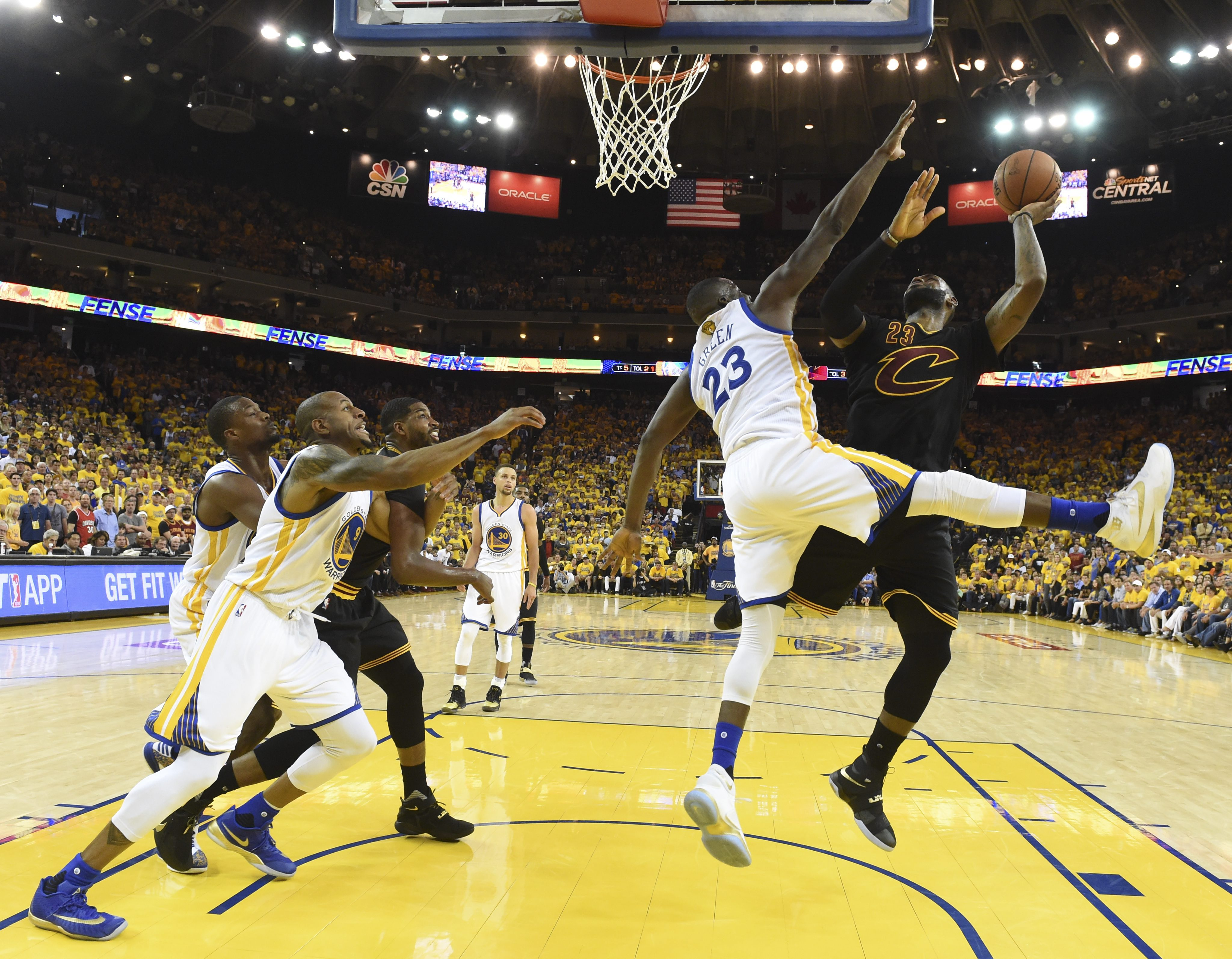 JGM10. Oakland (United States), 20/06/2016.- Cleveland Cavaliers forward LeBron James (R) shoots as Golden State Warriors forward Draymond Green (C) defends during their NBA Finals game seven at Oracle Arena in Oakland, California, USA, 19 June 2016. (Baloncesto, Estados Unidos) EFE/EPA/BOB DONNAN/POOL CORBIS OUT