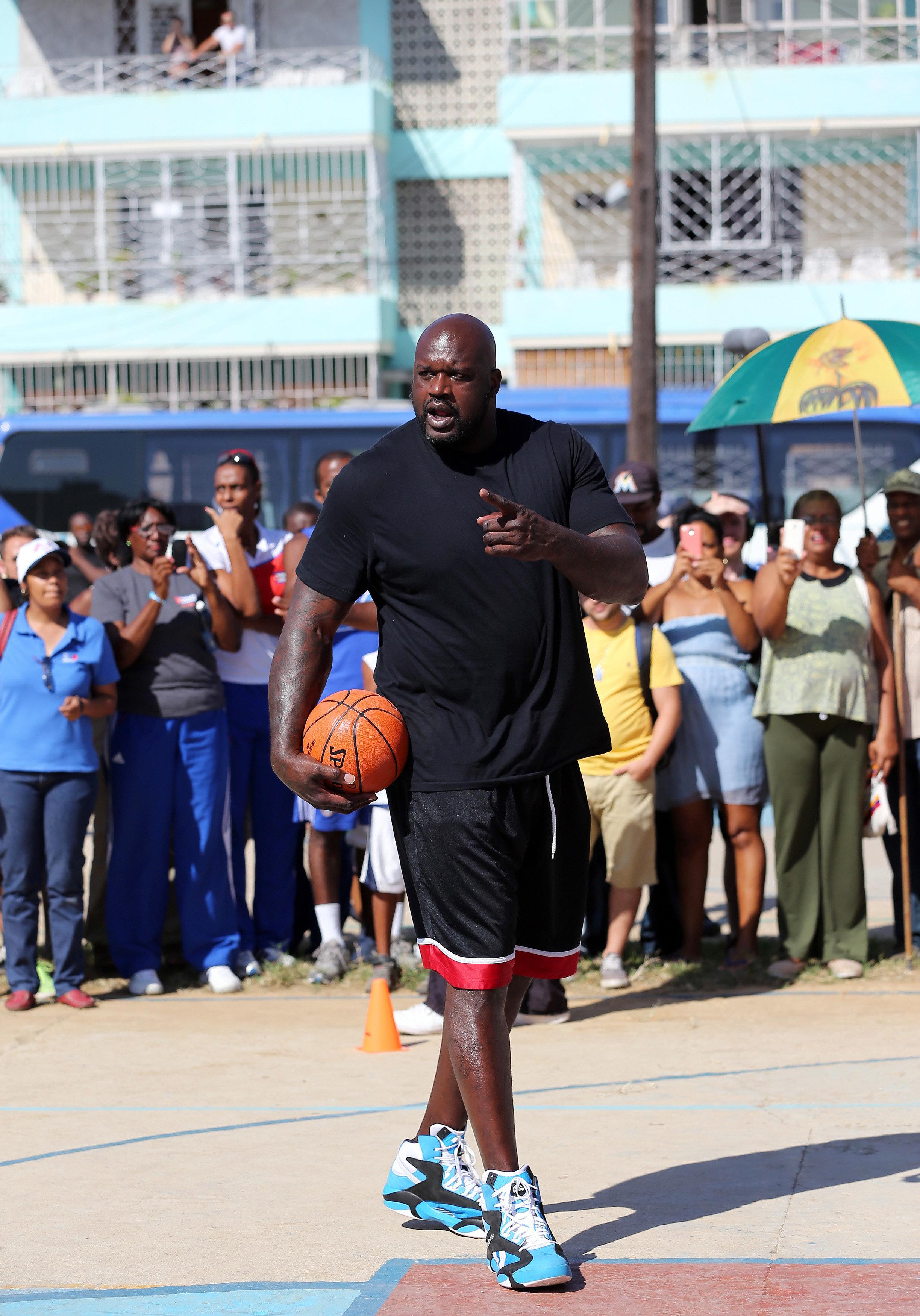 HAB01 LA HABANA (CUBA) 26/06/16.- El baloncestista retirado Shaquille O'Neal, quien jugó durante 19 temporadas en distintos equipos de la NBA, participa en una clínica con jugadores de baloncesto hoy, domingo 26 de junio de 2016, en La Habana (Cuba). O'Neal, se encuentra en la isla como enviado del Departamento de Estado de EEUU, en el marco de la normalización de relaciones entre ambos países. EFE/Alejandro Ernesto