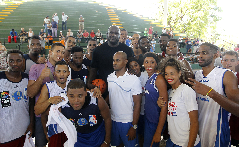HAB103 LA HABANA (CUBA) 26/06/16.- La leyenda del baloncesto estadounidense Shaquille O'Neal (C) posa para las fotos tras ofrecer hoy, domingo 26 de junio de 2016, en una cancha de La Habana una clínica de su especialidad con un grupo de niños y jóvenes practicantes, como parte de un programa para promover la cooperación y el compromiso de EEUU con Cuba. O'Neal, quien jugó durante 19 temporadas en distintos equipos de la NBA, se encuentra en la isla como enviado del Departamento de Estado de EEUU, en el marco de la normalización de relaciones entre ambos países. EFE/Ernesto Mastrascusa