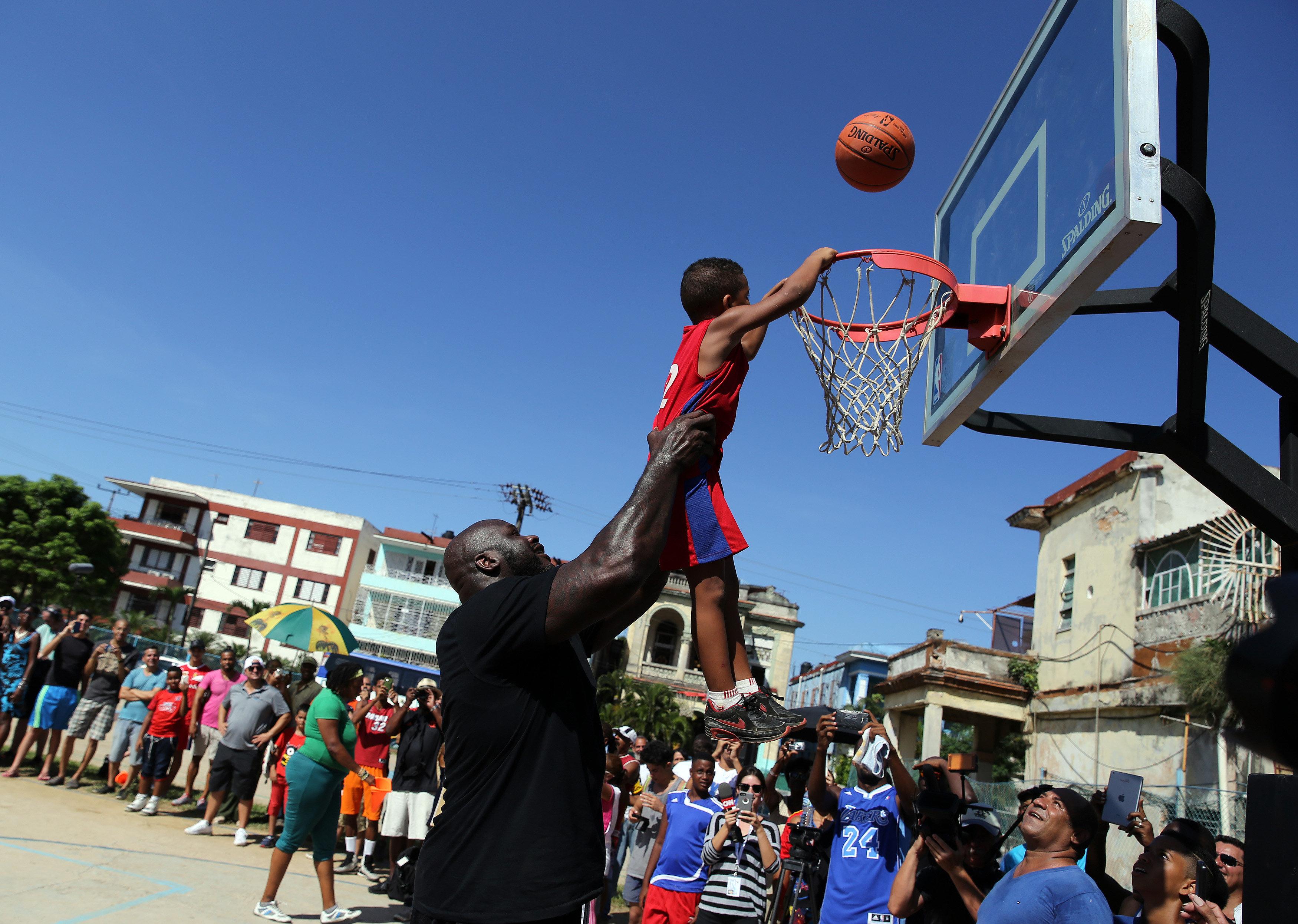 HAB02 LA HABANA (CUBA) 26/06/16.- El baloncestista retirado Shaquille O'Neal, quien jugó durante 19 temporadas en distintos equipos de la NBA, participa en una clínica con jugadores de baloncesto hoy, domingo 26 de junio de 2016, en La Habana (Cuba). O'Neal, se encuentra en la isla como enviado del Departamento de Estado de EEUU, en el marco de la normalización de relaciones entre ambos países. EFE/Alejandro Ernesto