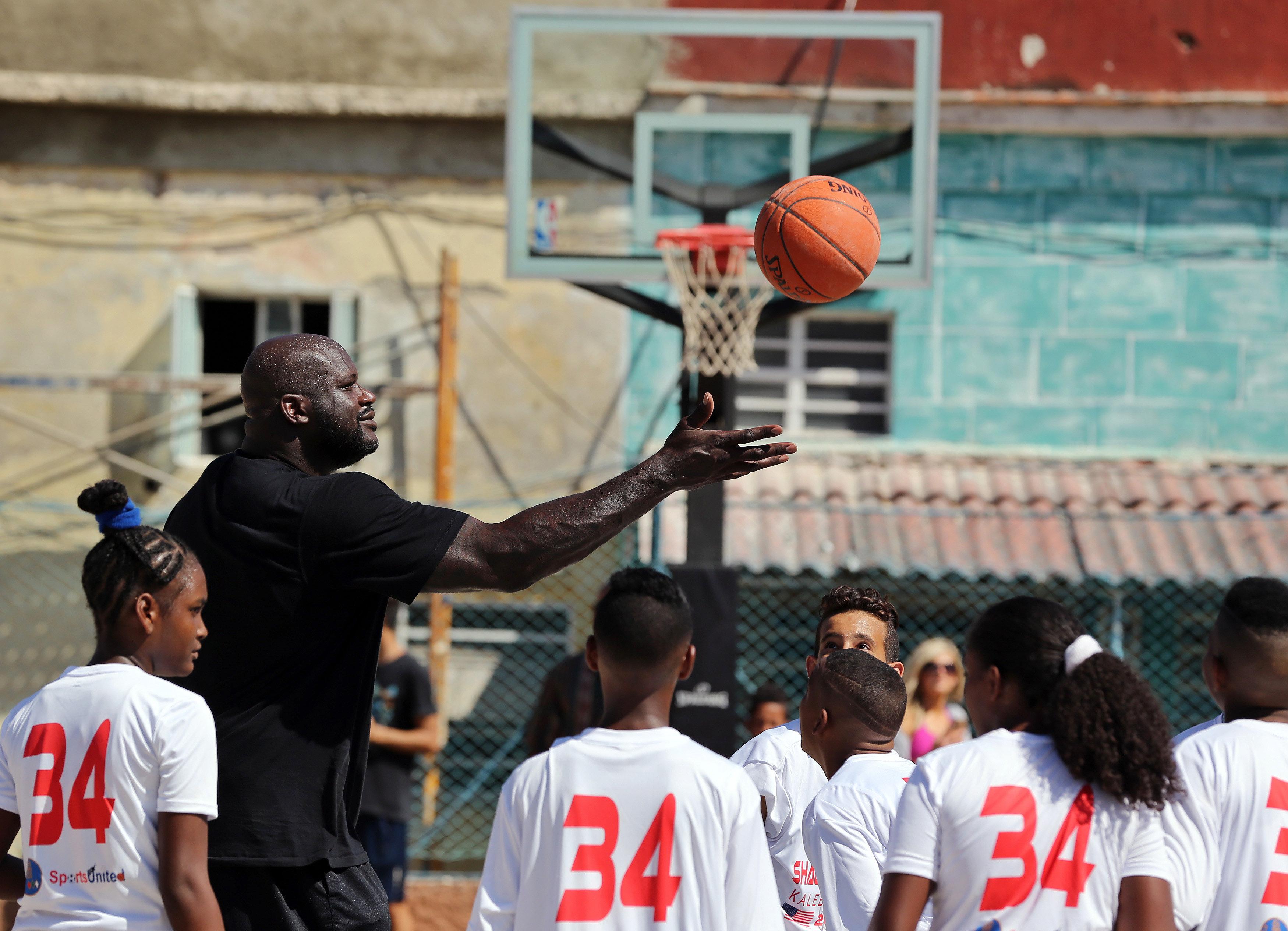 HAB06 LA HABANA (CUBA) 26/06/16.- El baloncestista retirado Shaquille O'Neal, quien jugó durante 19 temporadas en distintos equipos de la NBA, participa en una clínica con jóvenes jugadores de baloncesto hoy, domingo 26 de junio de 2016, en La Habana (Cuba). O'Neal, se encuentra en la isla como enviado del Departamento de Estado de EEUU, en el marco de la normalización de relaciones entre ambos países. EFE/Alejandro Ernesto