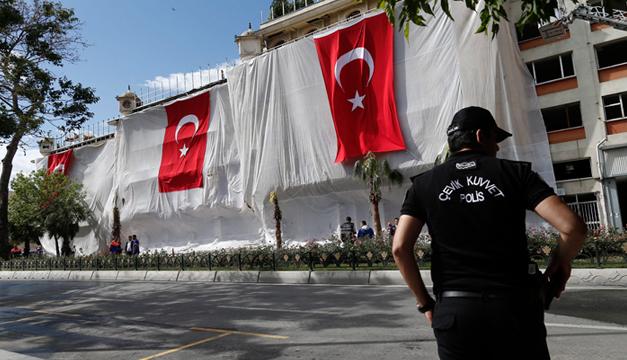 Policías inspeccionan hoy, los alrededores del lugar donde se produjo ayer un atentado en el centro de Estambul. EFE