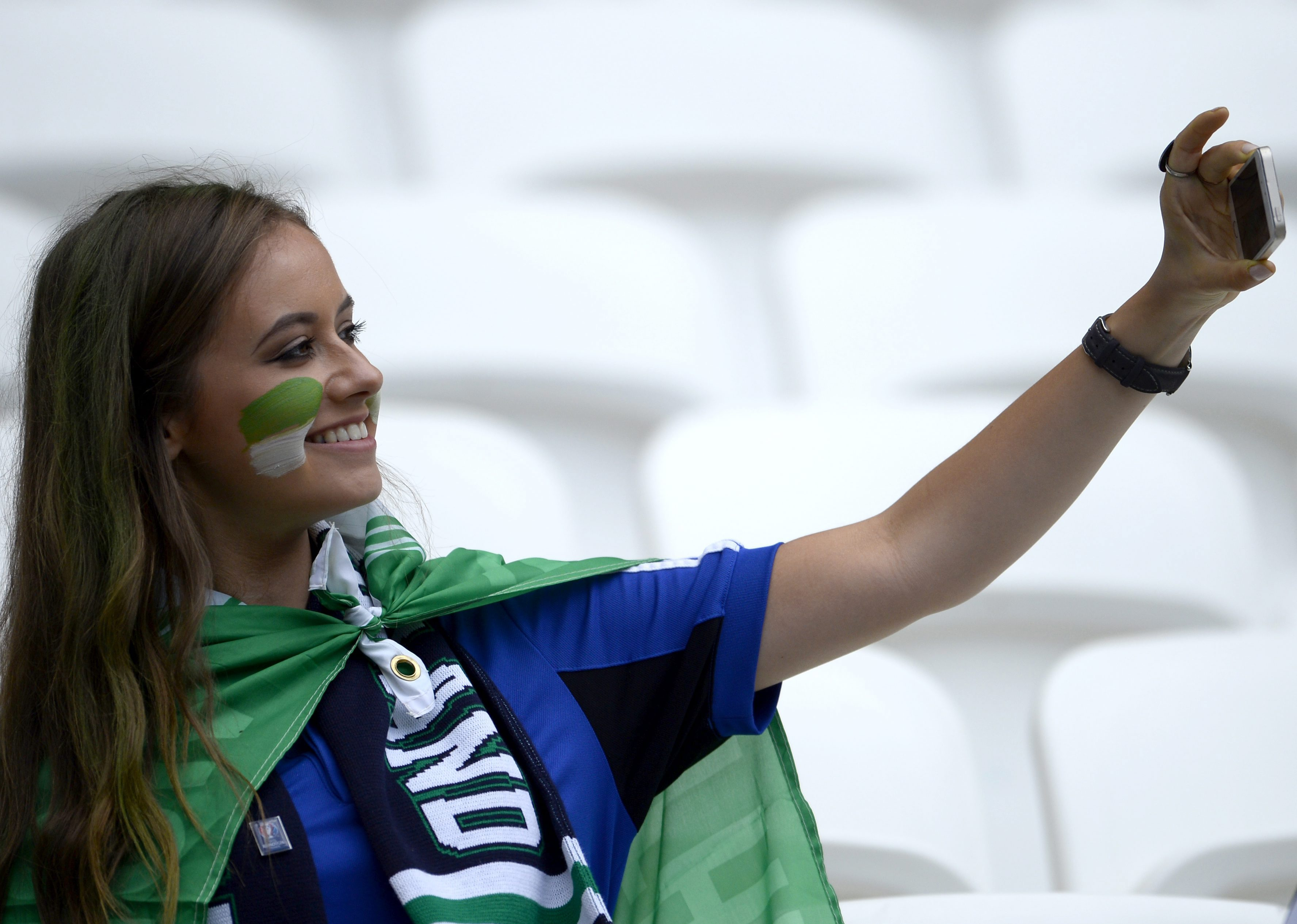 . Lyon (France), 16/06/2016.- A Northern Ireland supporter takes a selfie before the UEFA EURO 2016 group C preliminary round match between Ukraine and Northern Ireland at Stade de Lyon in Lyon, France, 16 June 2016. (RESTRICTIONS APPLY: For editorial news reporting purposes only. Not used for commercial or marketing purposes without prior written approval of UEFA. Images must appear as still images and must not emulate match action video footage. Photographs published in online publications (whether via the Internet or otherwise) shall have an interval of at least 20 seconds between the posting.) (Francia, Irlanda, Ucrania) EFE/EPA/CJ GUNTHER EDITORIAL USE ONLY