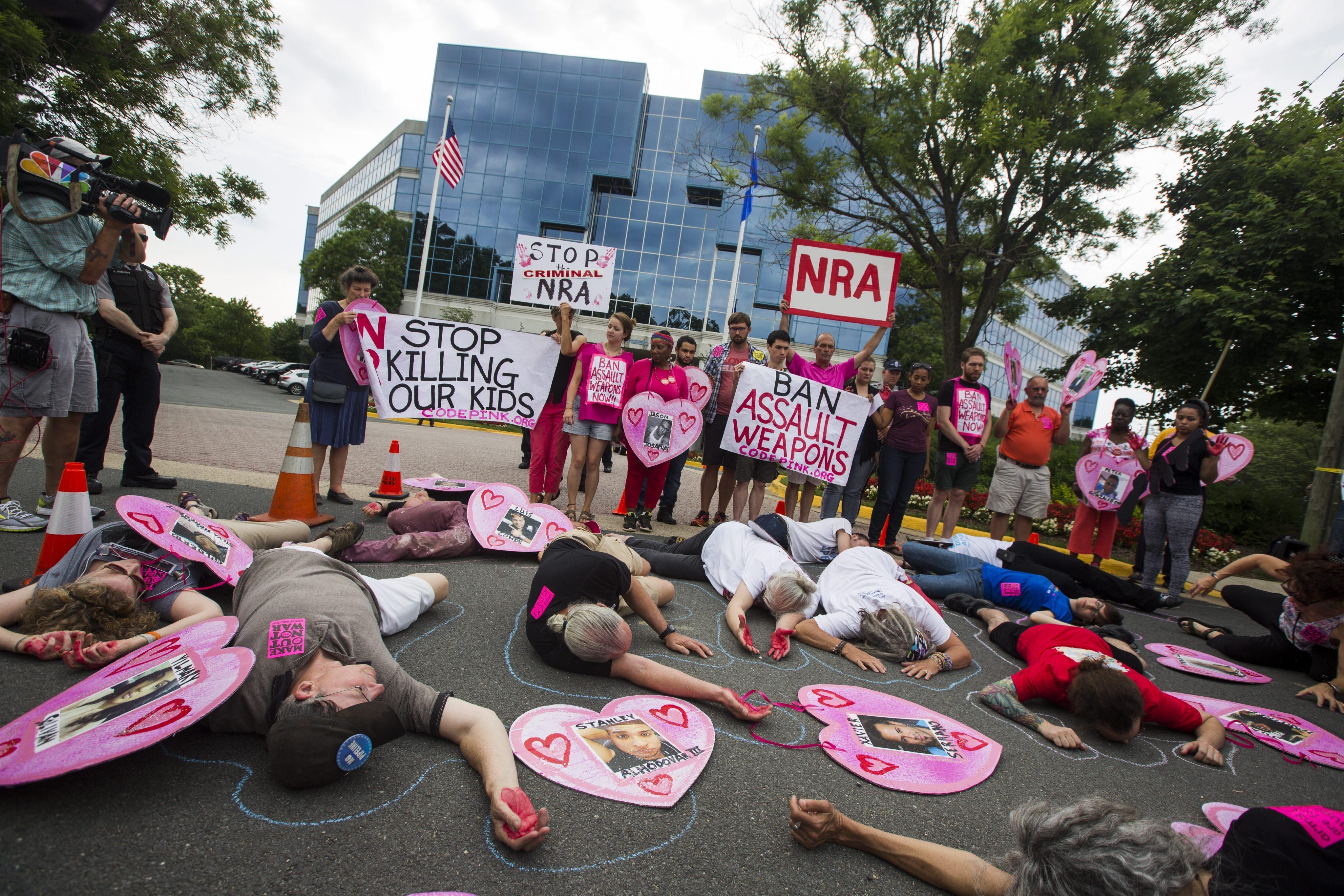 JL04 FAIRFAX (ESTADOS UNIDOS) 21/06/2016.- Miembros del grupo pacifista Codepink y otros manifestantes participan en un simulacro en el exterior de la sede de la Asociación Nacional del Rifle (NRA) en Fairfax, en el estado de Virginia, Estados Unidos hoy, 21 de junio de 2016. Aunque la matanza de Orlando (Florida) que la semana pasada dejó 50 muertos, incluido el atacante, en el tiroteo más mortífero de la historia del país ha reabierto la presión pública para aumentar el control de armas de fuego, el Senado rechazó ayer cuatro medidas encaminadas a ese fin. EFE/Jim Lo Scalzo