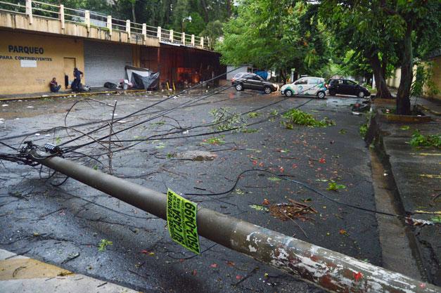 poste-de-tendido-electrico-caido-sobre-13-calle-poniente