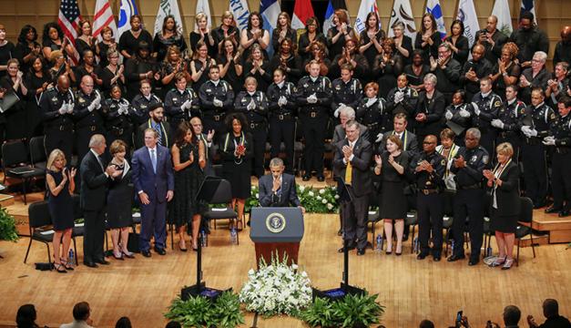 Barack-Obama-homenaje-a-policias