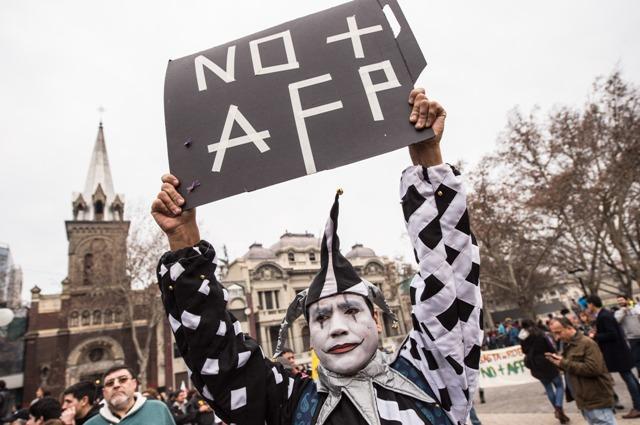 (160724) -- SANTIAGO, julio 24, 2016 (Xinhua) -- Un residente sostiene una pancarta durante una multitudinaria marcha nacional para rechazar el actual sistema de administración de los fondos de pensiones en Santiago, capital de Chile, el 24 de julio de 2016. De acuerdo con información de la prensa local, la marcha fue convocaca por varias organizaciones sociales para rechazar el funcionamiento de las Administradoras de Fondos de Pensiones (AFP), que dicen obliga a los trabajadores a realizar un ahorro forzoso que se invierte en mercados de capital en beneficio únicamente a grandes grupos económicos. (Xinhua/Jorge Villegas) (jv) (egp) (ah)