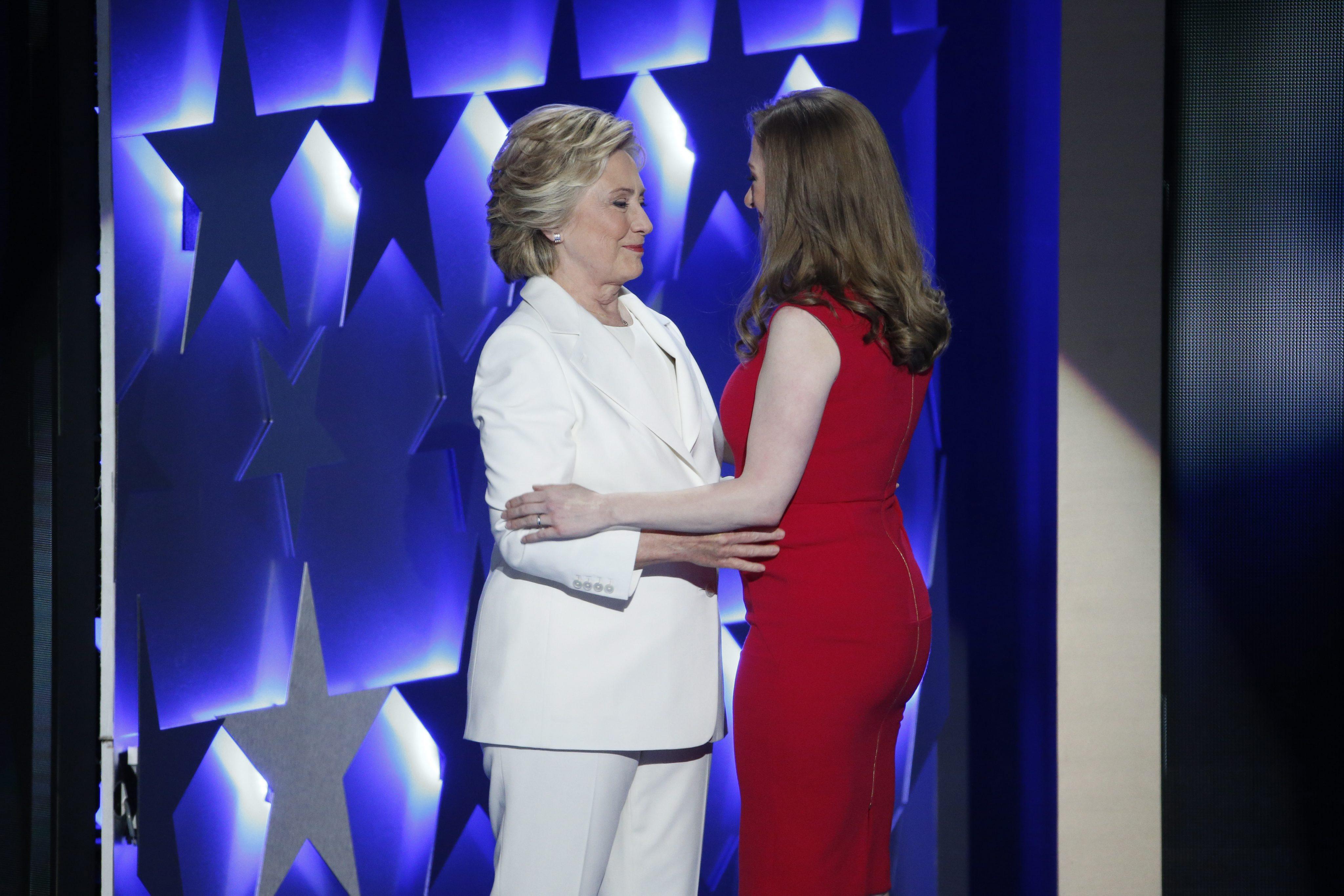 FIL01. FILADELFIA (ESTADOS UNIDOS), 28/072016.- Hillary Clinton saluda a su hija Chelsea Clinton en el último día de la Convención Demócrata en el Wells Fargo Center en Filadelfia (Estados Unidos) hoy, jueves 28 de julio de 2016. Se espera que la Hillary Clinton acepte formalmente su nominación a la presidencia de Estados Unidos por el Partido Demócrata. EFE/SHAWN THEW