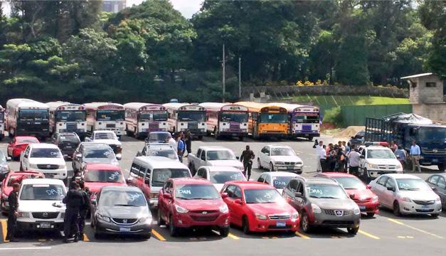 Cantidad de vehículos, buses y microbuses decomisados. Foto: Oscar Machón/DEM
