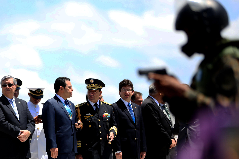 GU7005. CIUDAD DE GUATEMALA (GUATEMALA), 03/07/2016.- El presidente guatemalteco, Jimmy Morales (3-d), participa hoy, domingo 3 de julio de 2016, en el desfile militar por el Día del Ejército, en Ciudad de Guatemala (Guatemala). El Ejército de Guatemala celebró hoy los actos conmemorativos del 145 aniversario de la Gesta Revolucionaria de 1871 y Día del Ejército con un desfile en el interior de la Fuerza Aérea Guatemalteca al que acudieron los más acérrimos seguidores y el presidente Jimmy Morales. EFE/Esteban Biba
