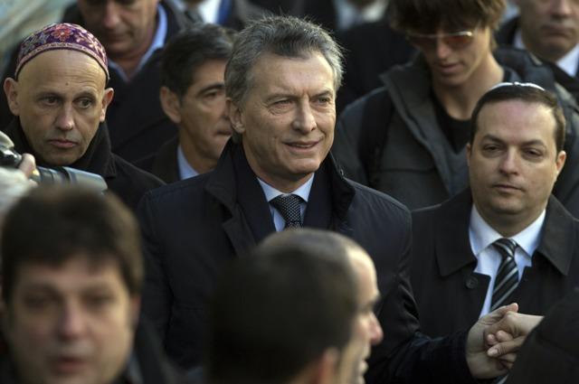(160718) -- BUENOS AIRES, julio 18, 2016 (Xinhua) -- El presidente de Argentina, Mauricio Macri (c), reacciona durante un acto con motivo de la conmemoración del 22 aniversario del ataque terrorista a la Asociación Mutual Israelita Argentina (AMIA), en la ciudad de Buenos Aires, capital de Argentina, el 18 de julio de 2016. La comunidad judía de Argentina expresó el lunes un renovado reclamo de justicia y castigo a los autores de un atentado contra la AMIA, que en 1994 costó la vida de 85 personas y causó heridas a más de 300. (Xinhua/Martín Zabala) (mz) (jp) (ah)