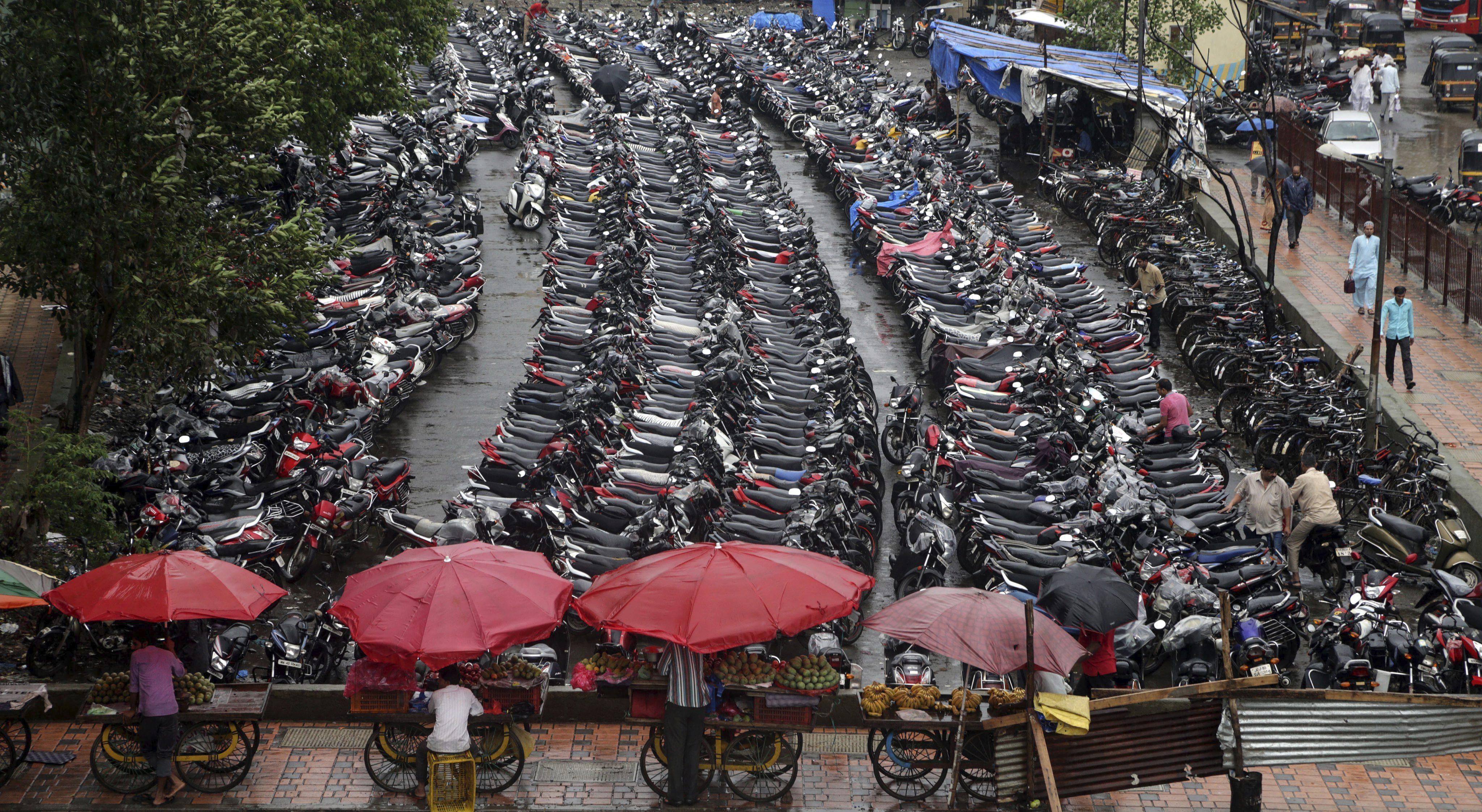 BOM02 BOMBAY (INDIA), 11/07/2016.- Un aparcamiento de motocicletas afuera de la estación de tren de Mira, cerca de Bombay, India, hoy 11 de julio de 2016. La población actual de la India en el año 2016 es de 1.211 millones de habitantes y cuenta con una media de crecimiento demográfico anual del 1,64 %. Según la Fundación India para la Población (PFI) India superará a China para el 2020. Las Naciones Unidas (ONU) celebran cada 11 de julio el Día Mundial de la Población. EFE/Divyakant Solanki