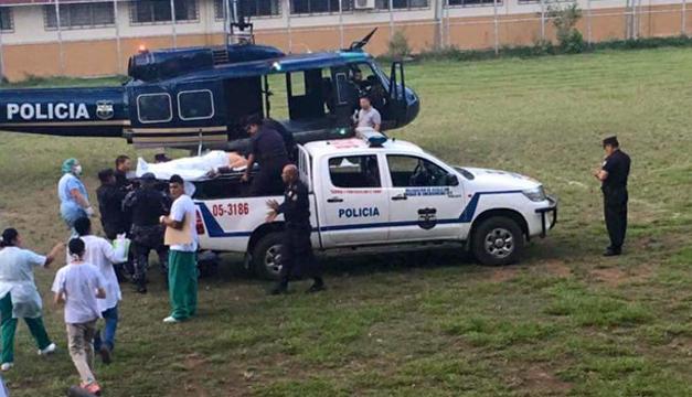 Fotografía: Archivo DEM. Momento del traslado del agente herido.