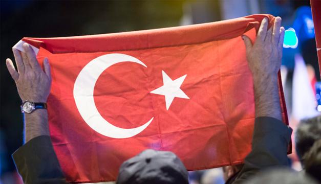 Fotografía: Hombre sostiene bandera de Turquía. Agencia EFE