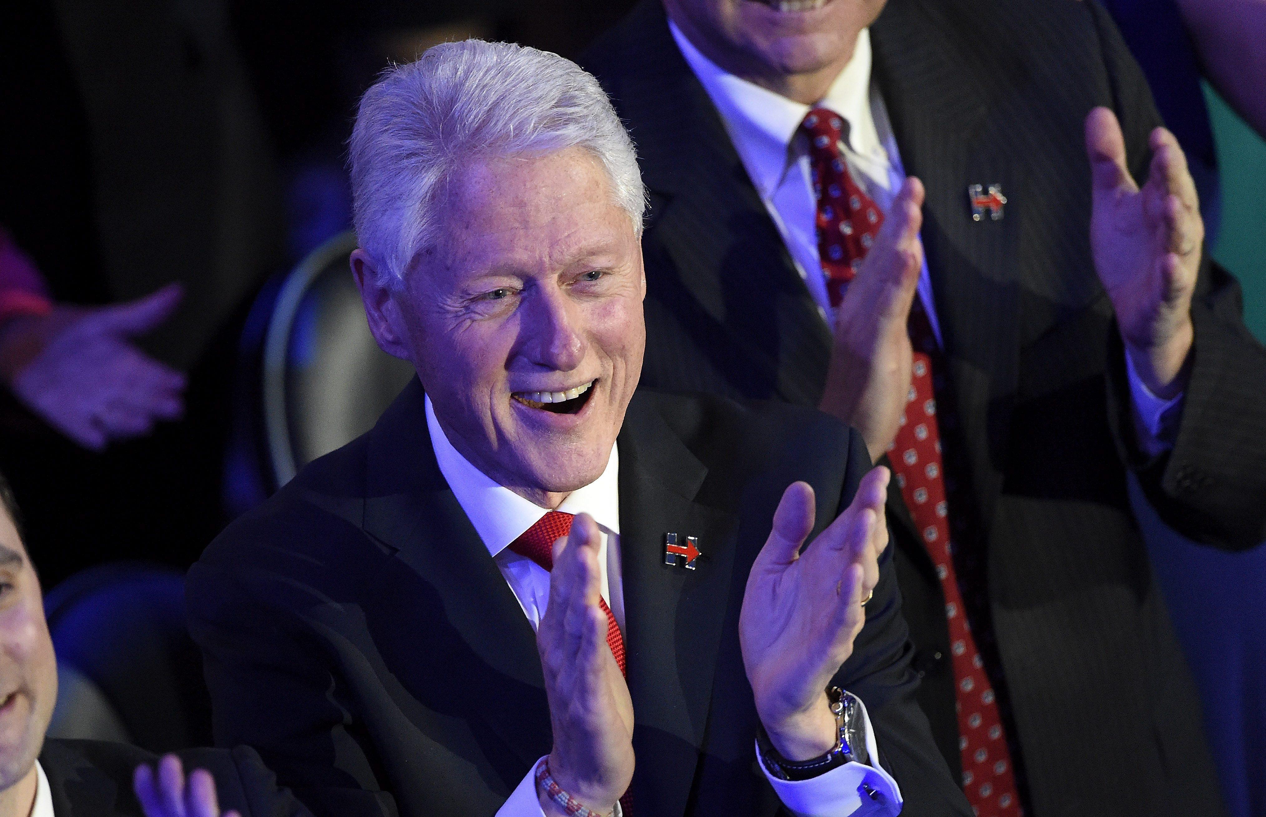 FIL01. FILADELFIA (ESTADOS UNIDOS), 28/072016.- El expresidente de Estados Unidos, Bill Clinton, aplaude durante el discurso de su hija Chelsea Clinton en el último día de la Convención Demócrata en el Wells Fargo Center en Filadelfia (Estados Unidos) hoy, jueves 28 de julio de 2016. Se espera que la Hillary Clinton acepte formalmente su nominación a la presidencia de Estados Unidos por el Partido Demócrata. EFE/TRACIE VAN AUKEN