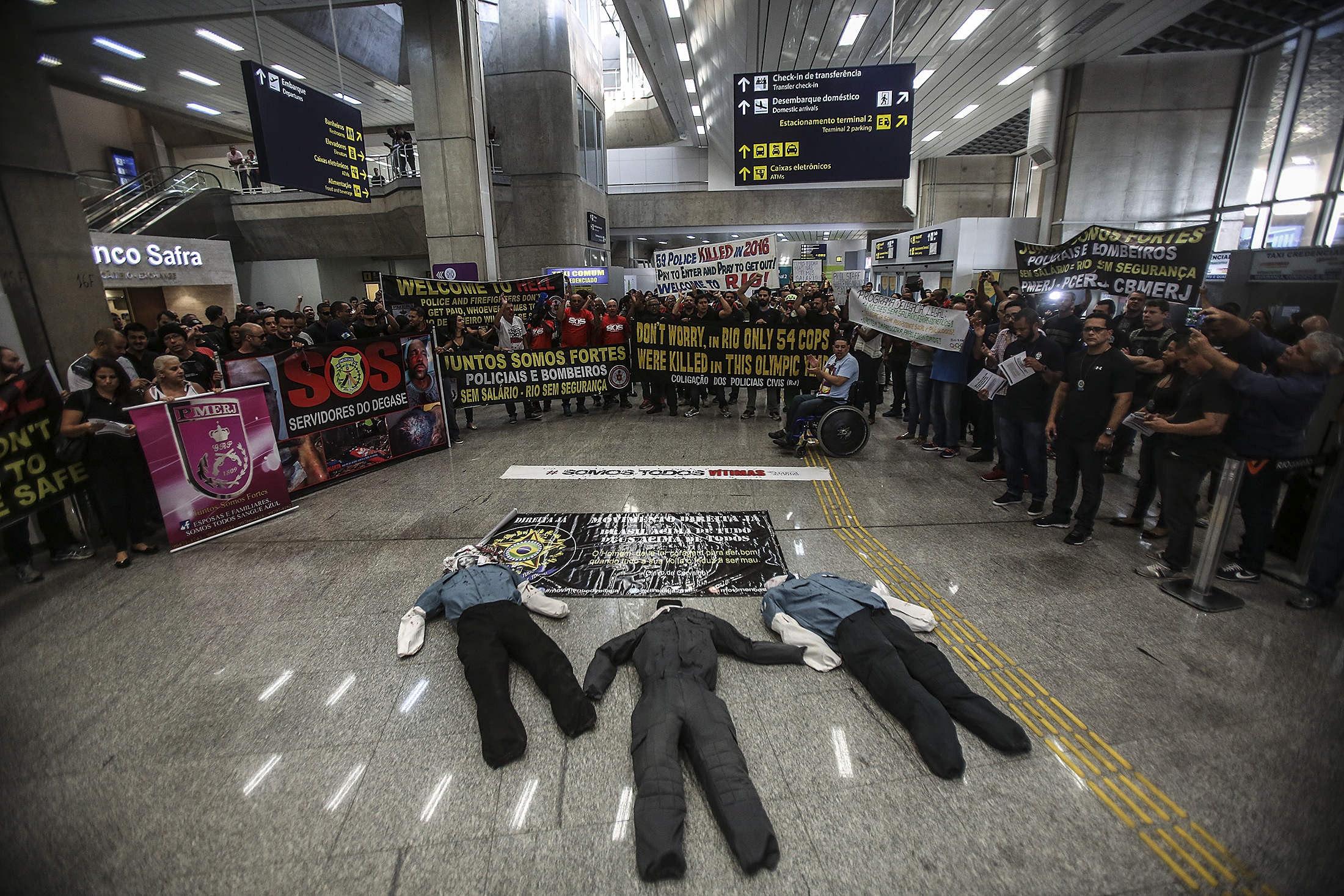BRA06. RÍO DE JANEIRO (BRASIL), 04/07/2016.- Policías y bomberos del estado de Río de Janeiro protestan por el retraso en sus salarios y por mejores condiciones de trabajo hoy, lunes 4 de julio de 2016, en el aeropuerto internacional de Río de Janeiro (Brasil). Los manifestantes dicen no haber recibido sus salarios desde mayo y anunciaron nuevas protestas durante los Juegos Olímpicos Río 2016 si esta situación no se resuelve. EFE/Antonio Lacerda