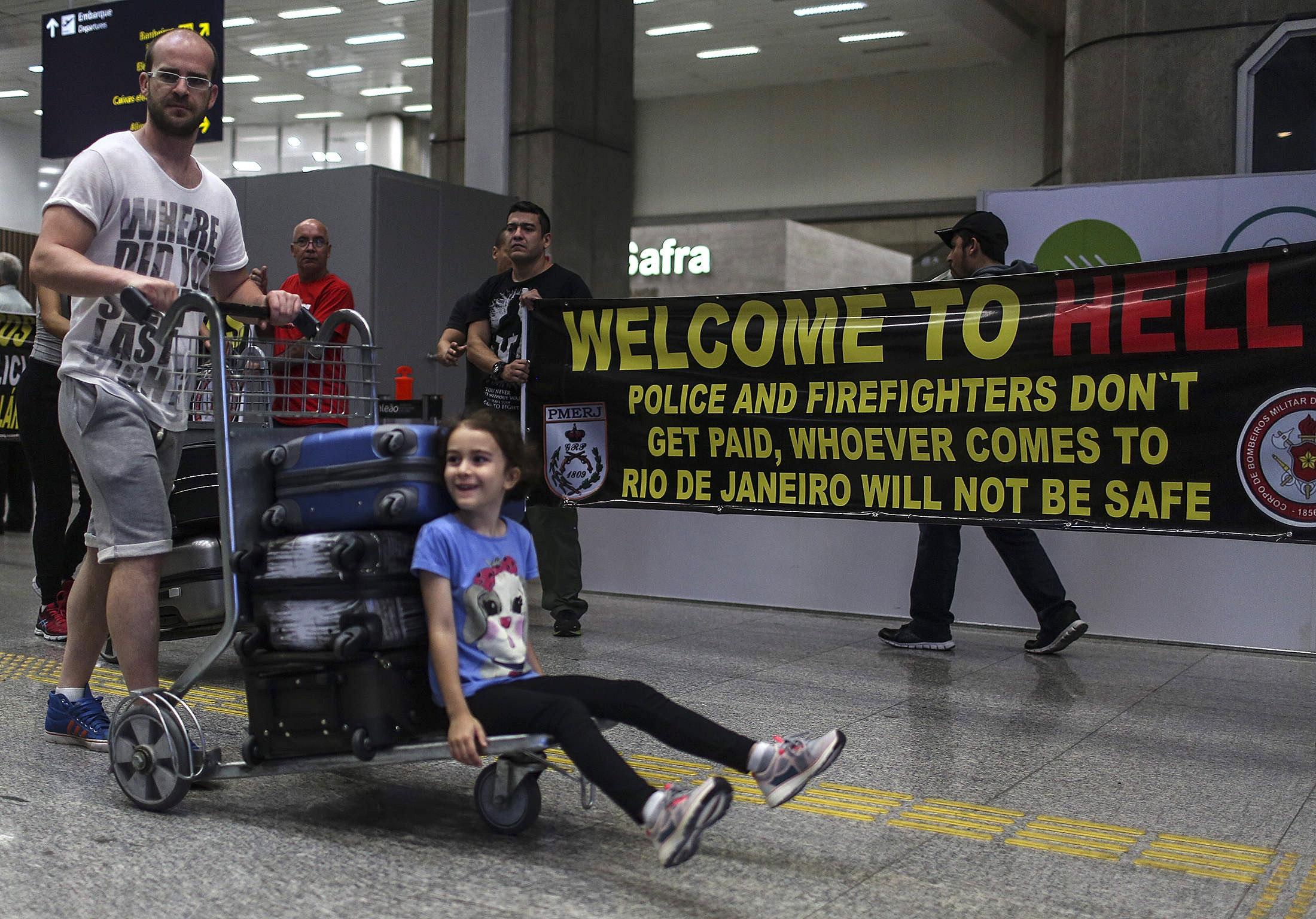 BRA10. RÍO DE JANEIRO (BRASIL), 04/07/2016.- Policías y bomberos del estado de Río de Janeiro protestan por el retraso en sus salarios y por mejores condiciones de trabajo hoy, lunes 4 de julio de 2016, en el aeropuerto internacional de Río de Janeiro (Brasil). Los manifestantes dicen no haber recibido sus salarios desde mayo y anunciaron nuevas protestas durante los Juegos Olímpicos Río 2016 si esta situación no se resuelve. EFE/Antonio Lacerda