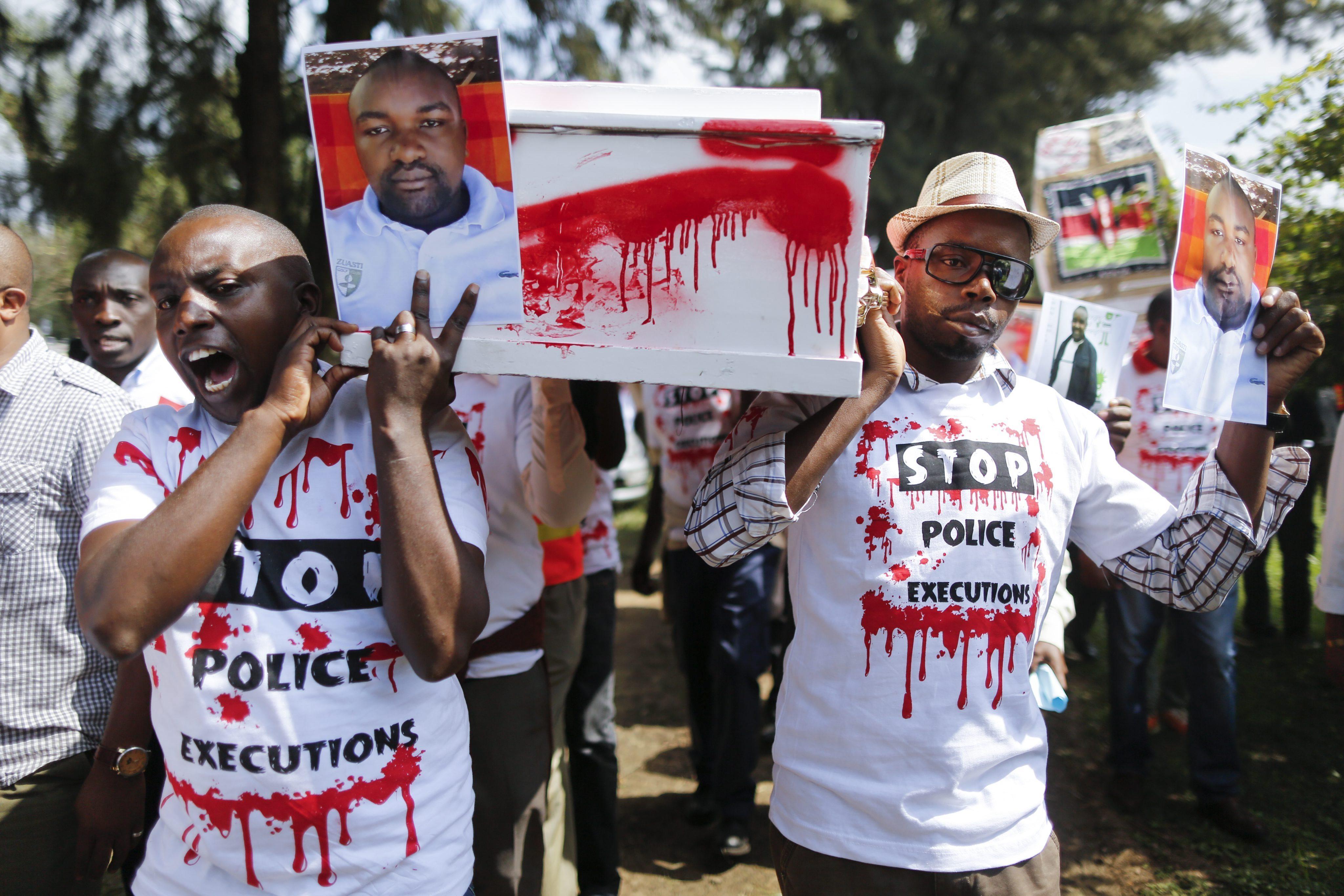 DAI02 NAIROBI (KENIA) 04/07/2016.- Un grupo de personas traslada un ataúd y muestran imágenes de algunas de las víctimas durante una protesta contra las ejecuciones policiales en el centro de Nairobi, Kenia hoy, 4 de julio de 2016. Abogados, activistas y familiares de víctimas de las ejecuciones policiales se manifestaron hoy en las principales ciudades de Kenia para exigir el fin de los asesinatos que la Policía y otros cuerpos de seguridad practican con impunidad. En 2014, 181 personas fueron ejecutadas por la Policía en Kenia, 97 en 2015 y 53 entre enero y abril de este año, estima la Unidad Médico-Legal Independiente (IMLU), que realiza informes sobre la tortura. EFE/Dai Kurokawa
