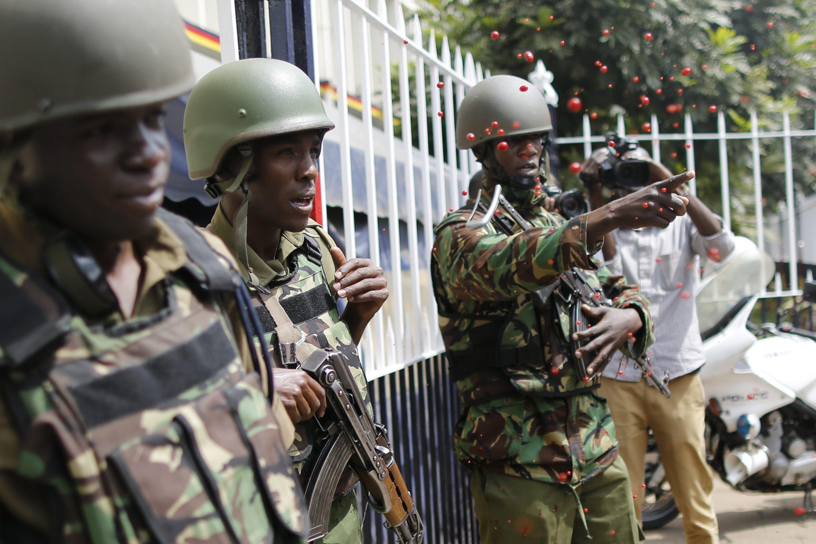 DAI05 NAIROBI (KENIA) 04/07/2016.- Un activista arroja pintura roja sobre los agentes de la polícia durante una protesta contra las ejecuciones policiales en el centro de Nairobi, Kenia hoy, 4 de julio de 2016. Abogados, activistas y familiares de víctimas de las ejecuciones policiales se manifestaron hoy en las principales ciudades de Kenia para exigir el fin de los asesinatos que la Policía y otros cuerpos de seguridad practican con impunidad. En 2014, 181 personas fueron ejecutadas por la Policía en Kenia, 97 en 2015 y 53 entre enero y abril de este año, estima la Unidad Médico-Legal Independiente (IMLU), que realiza informes sobre la tortura. EFE/Dai Kurokawa