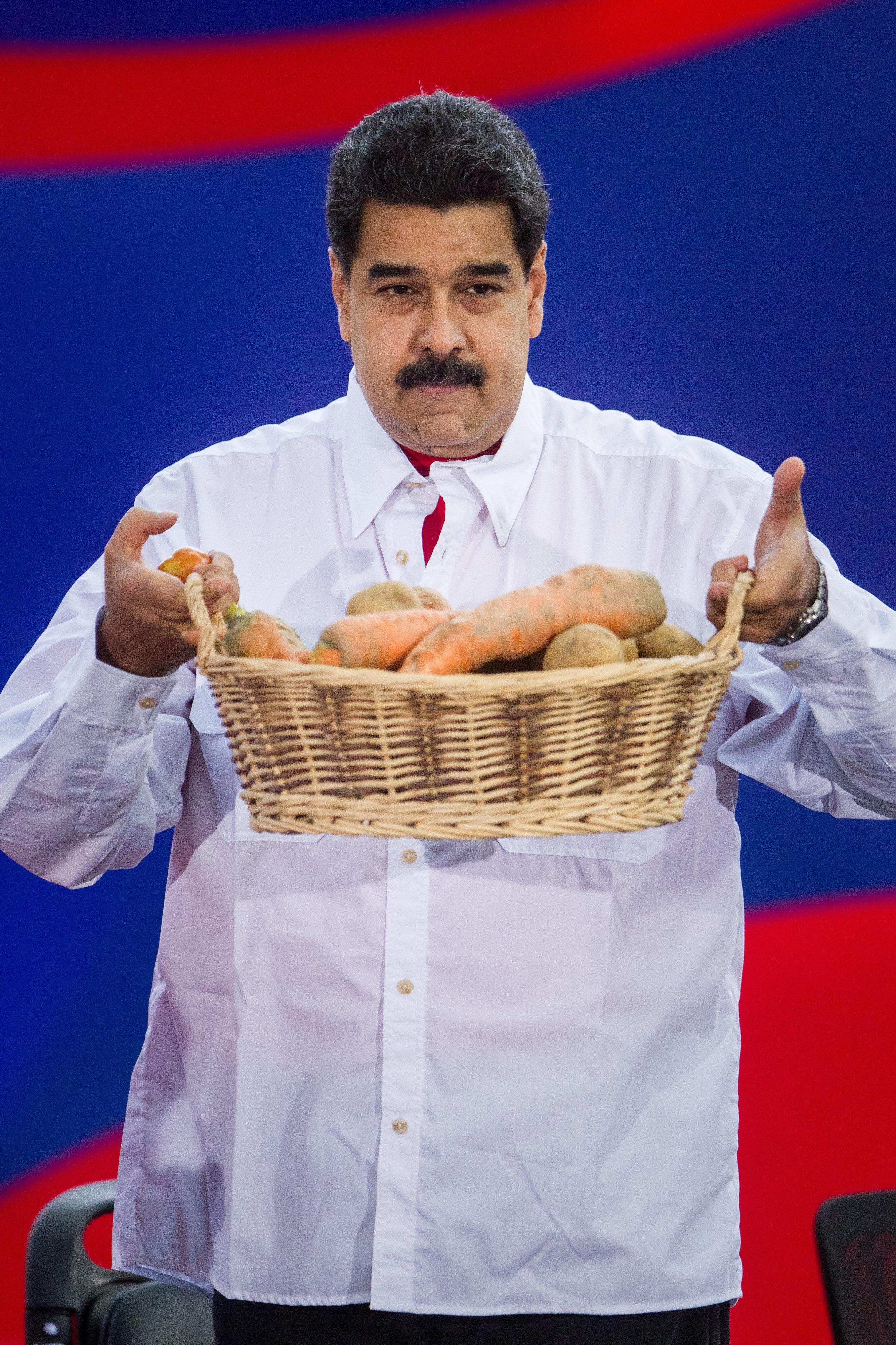 CAR08. CARACAS (VENEZUELA) 01/07/2016.- El presidente de Venezuela Nicolás Maduro sostiene una cesta con verduras durante la celebración del 13 aniversario de la Misión Robinson hoy, viernes 1 de julio de 2016, en la ciudad de Caracas (Venezuela). La Misión Robinson es un programa de alfabetización creado por el fallecido presidente venezolano Hugo Chávez. EFE/MIGUEL GUTIÉRREZ