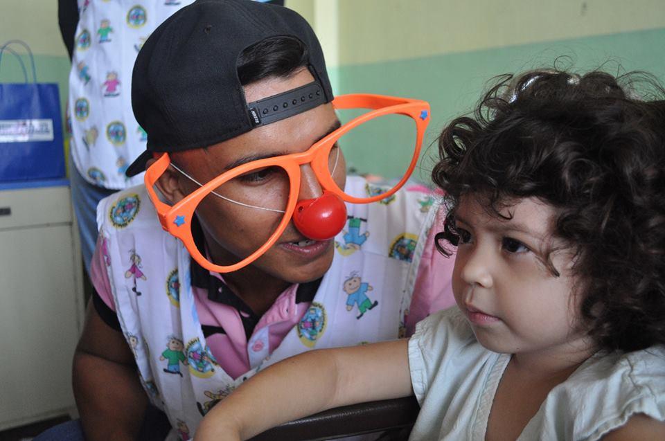 Rudy Valencia conversa con una niña del Hospital Bloom. /Alianza
