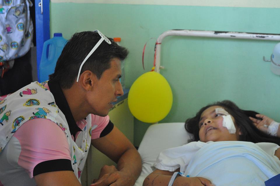 Iván Garrido charla con una pequeña internada en el hospital infantil. /Alianza