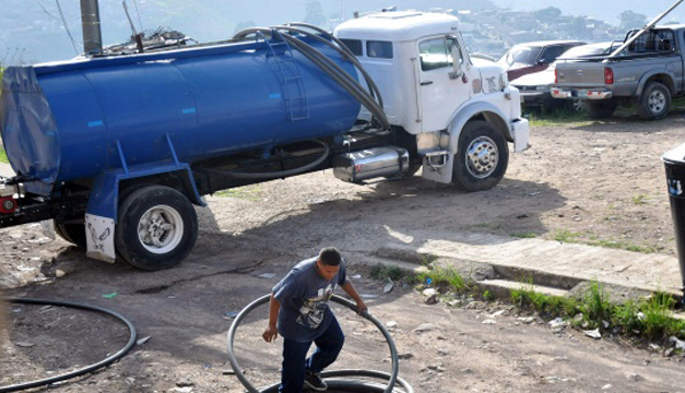 Fotografía: Camiones distribuyen agua en diferentes barrios de Tegucigalpa. EFE