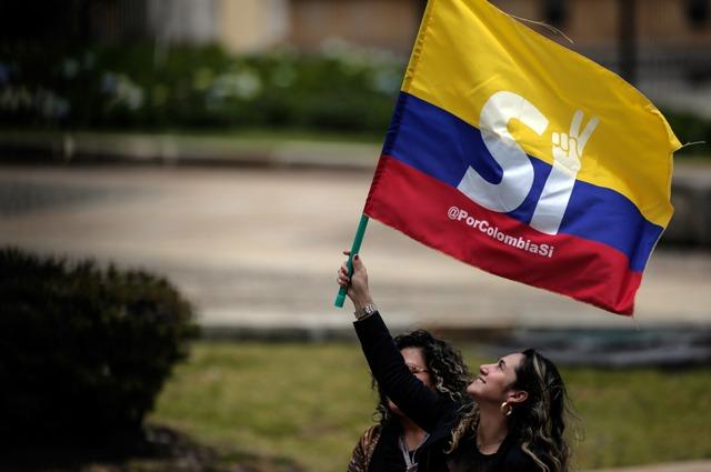 (160825) -- BOGOTA, agosto 25, 2016 (Xinhua) -- Residentes participan durante la entrega por parte del presidente colombiano, Juan Manuel Santos, del acuerdo general para la terminación del conflicto armado y la construcción de una paz estable y duradera en Colombia, en el Congreso de la República, en Bogotá, capital de Colombia, el 25 de agosto de 2016. El acuerdo general para la terminación del conflicto armado y la construcción de una paz estable y duradera en Colombia, quedó suscrito el miércoles en Cuba por los jefes negociadores del gobierno de Juan Manuel Santos y de las Fuerzas Armadas Revolucionarias de Colombia (FARC). De acuerdo con información de la prensa local, Juan Manuel Santos ordenó el cese al fuego definitivo con las FARC a partir del próximo 29 de agosto. (Xinhua/Jhon Paz) (jhp) (da) (ah)